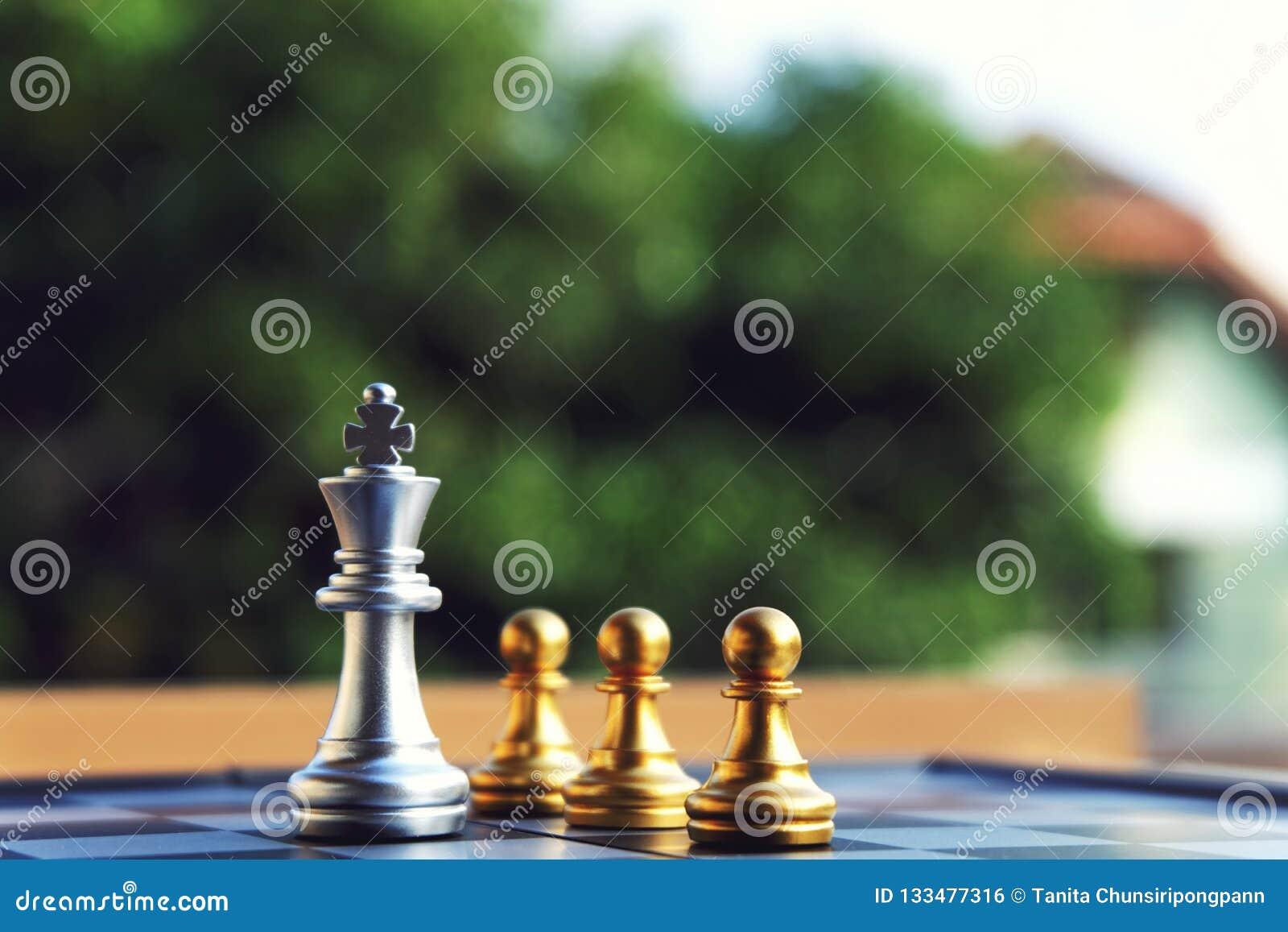 Schackbrädet, försilvrar konung som ställningen på framdelen av tre pantsätter