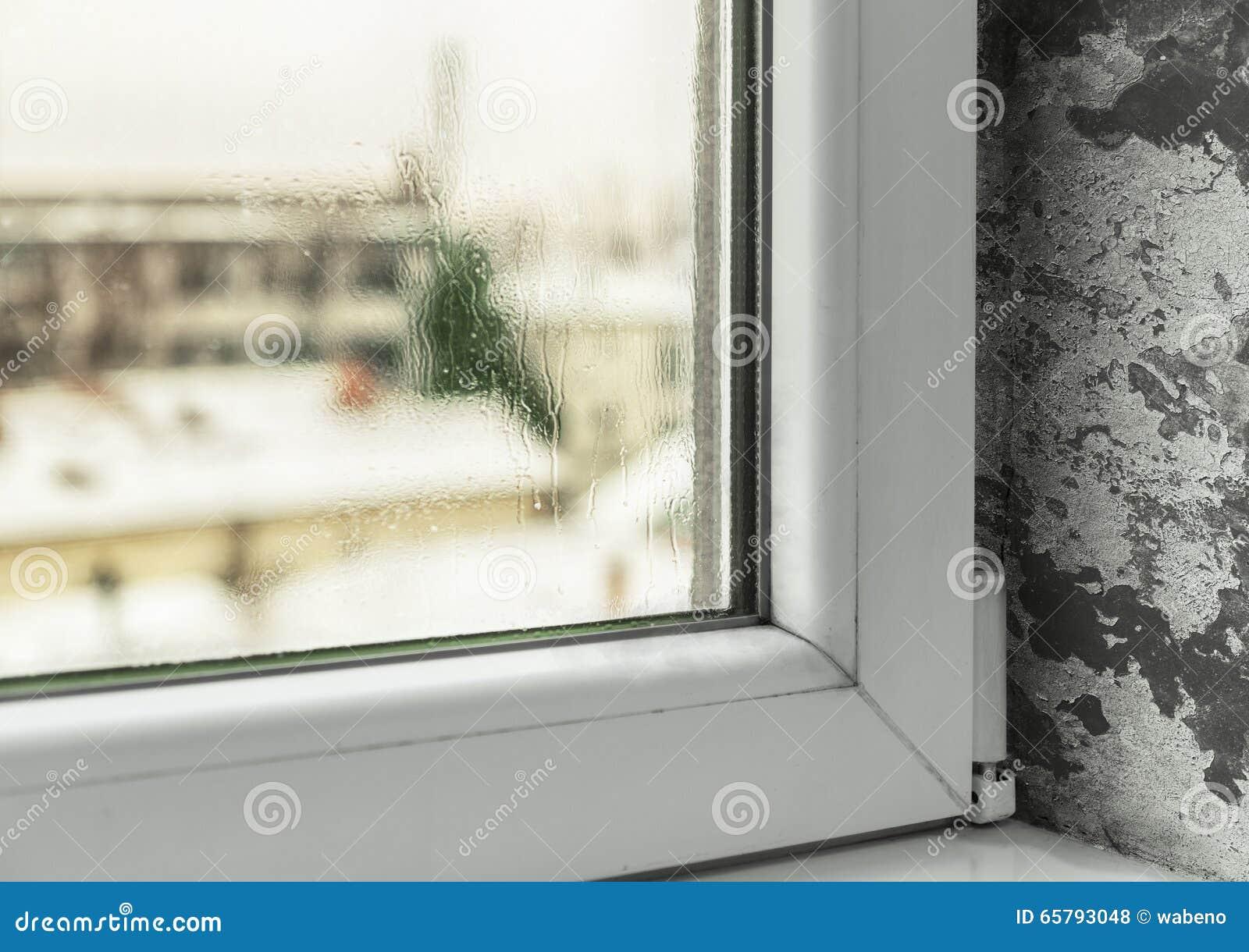 Vochtigheidsgraad In Huis : Schade wegens vochtigheid in het huis stock foto afbeelding