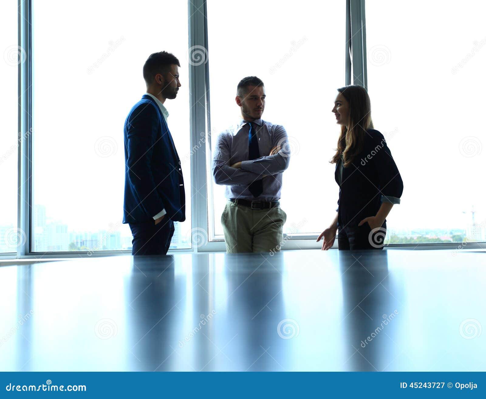Schaduwrijk beeld van een manager die bedrijfskwesties bespreken