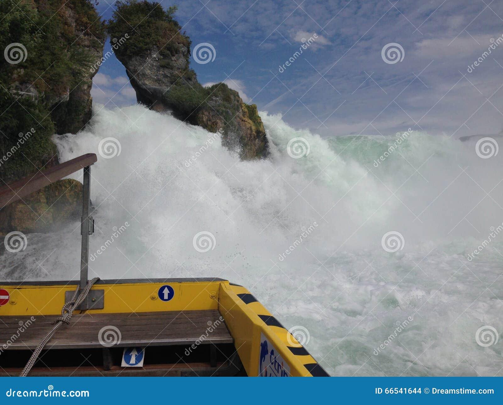 Schaffhausen, Швейцария - 13-ое июля 2015: туристская шлюпка причаливая водопадам Рейна
