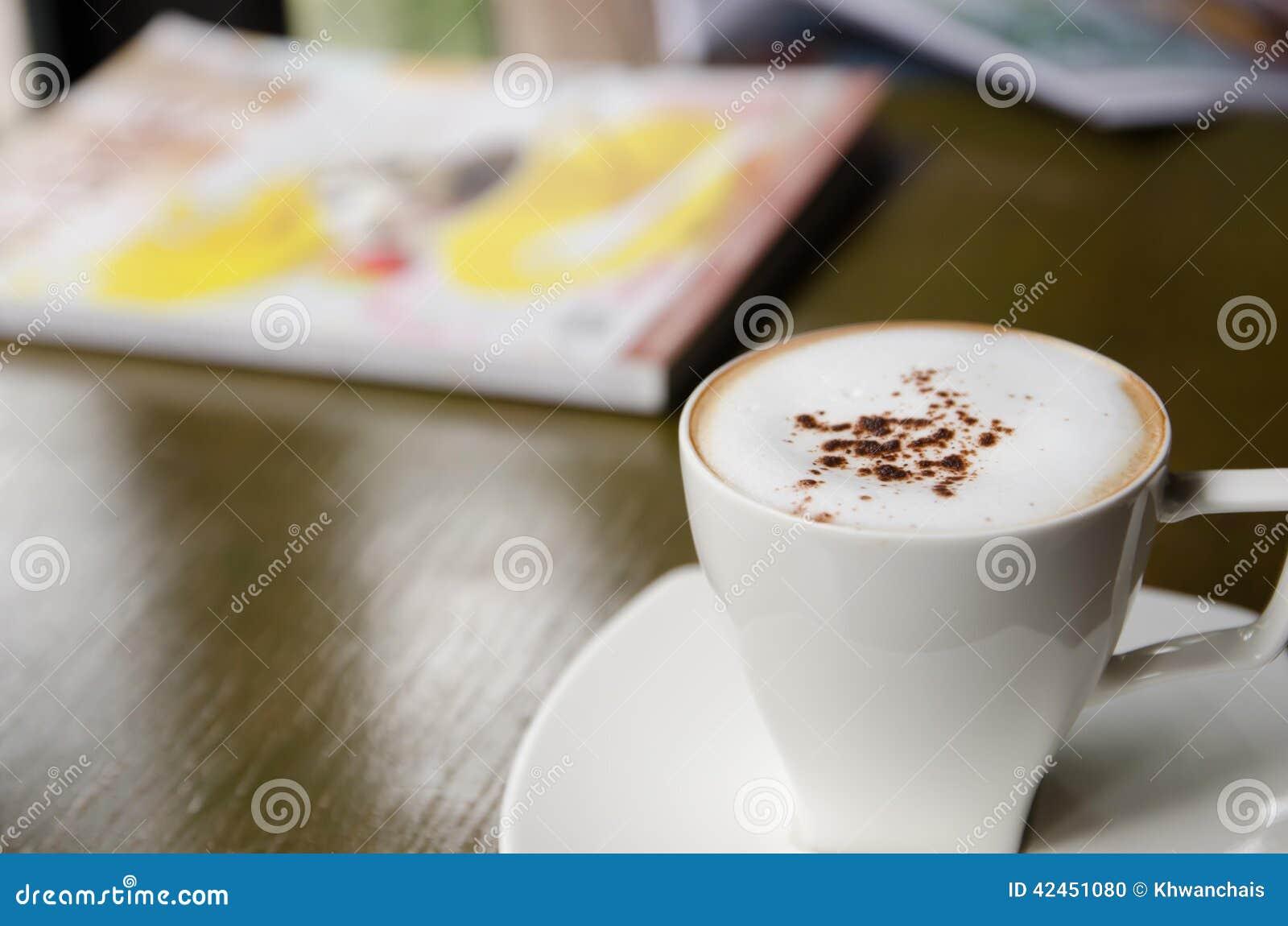 Schale Cappuccino auf Tabelle