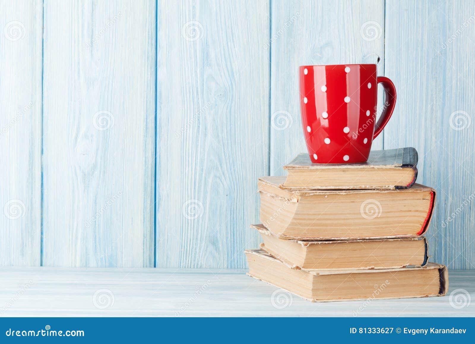 Schale der heißen Schokolade auf Büchern