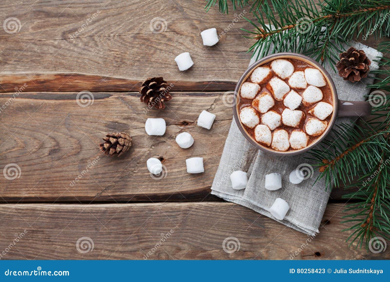 Schale heiße Schokolade auf hölzerner rustikaler Tabelle von oben Köstliches Wintergetränk Flache Lage