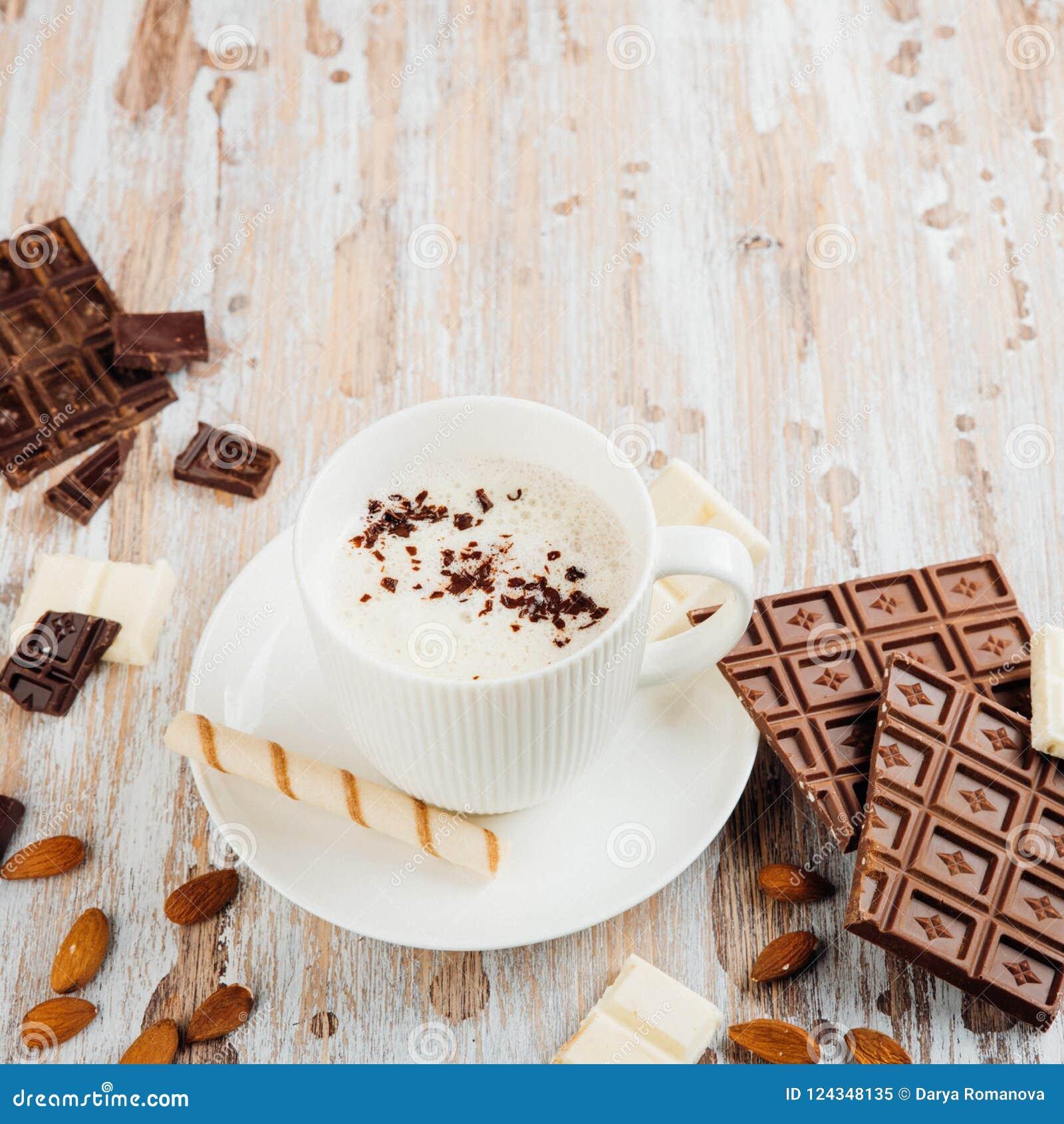 Schale heißer Kakao oder Cappuccino- oder Lattekaffee