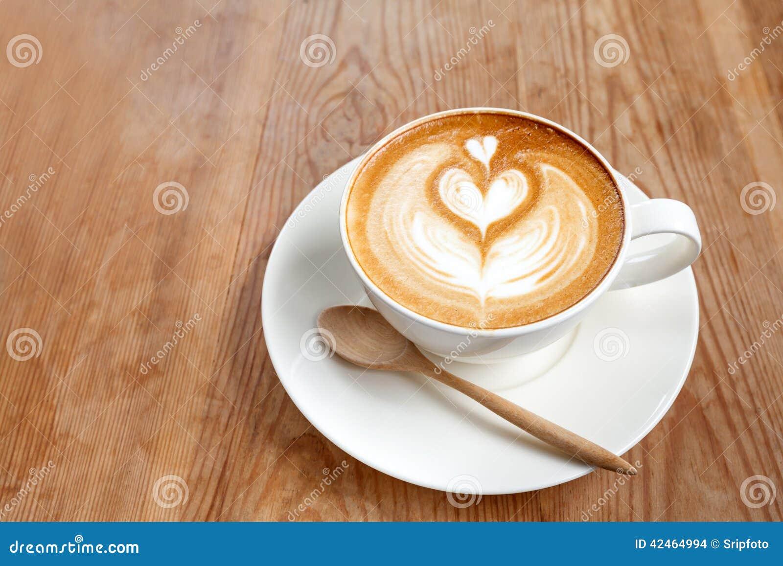 Schale Lattekaffee auf hölzernem