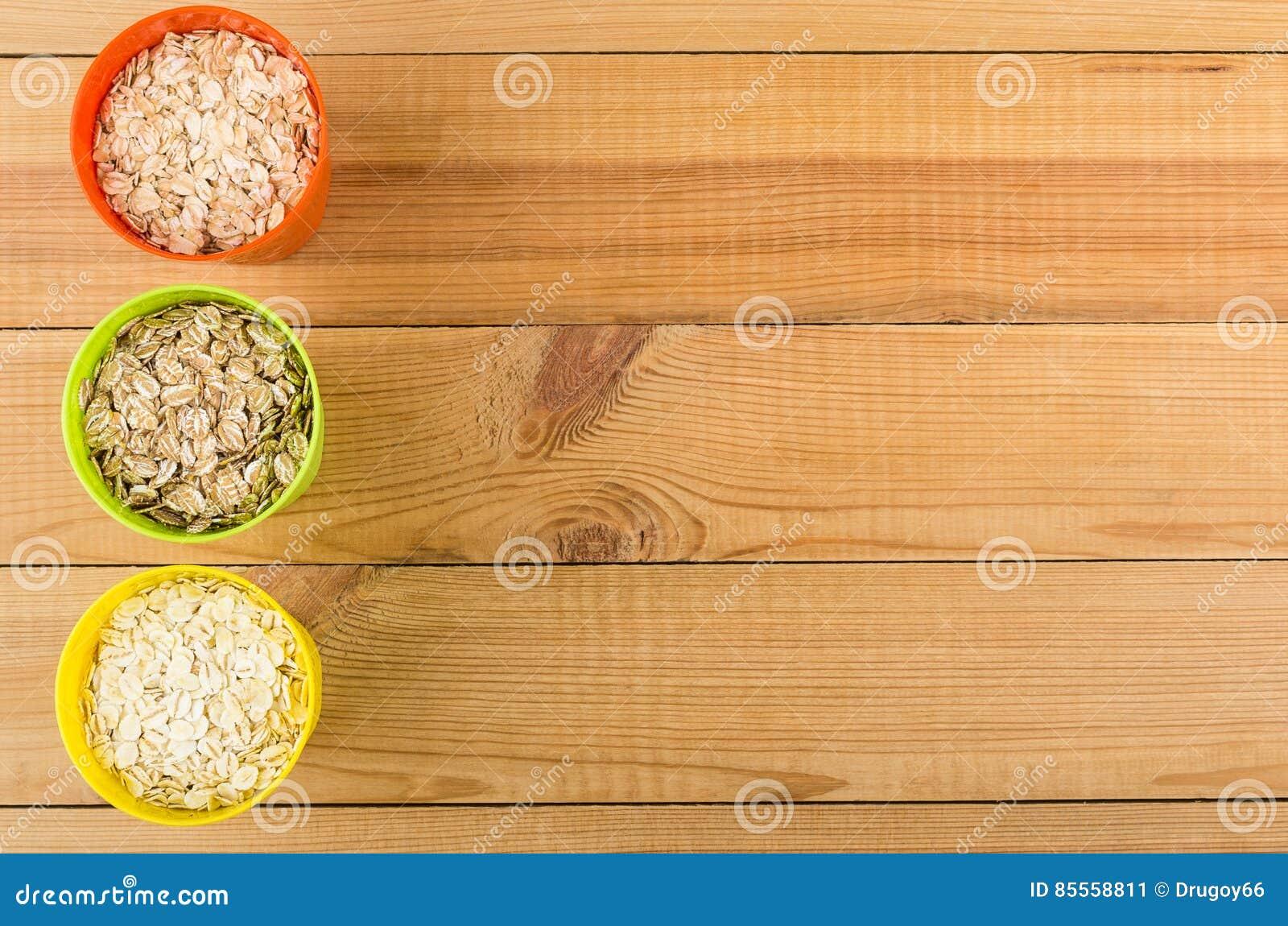 Schalen mit Hafer, Roggen, Gerste blättert von der Tabelle der linken Seite ab