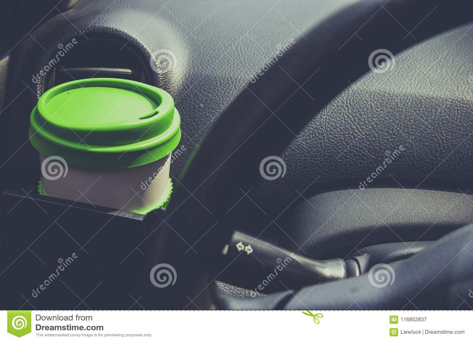 Schalenkaffee setzte an vordere Konsole eines Autos