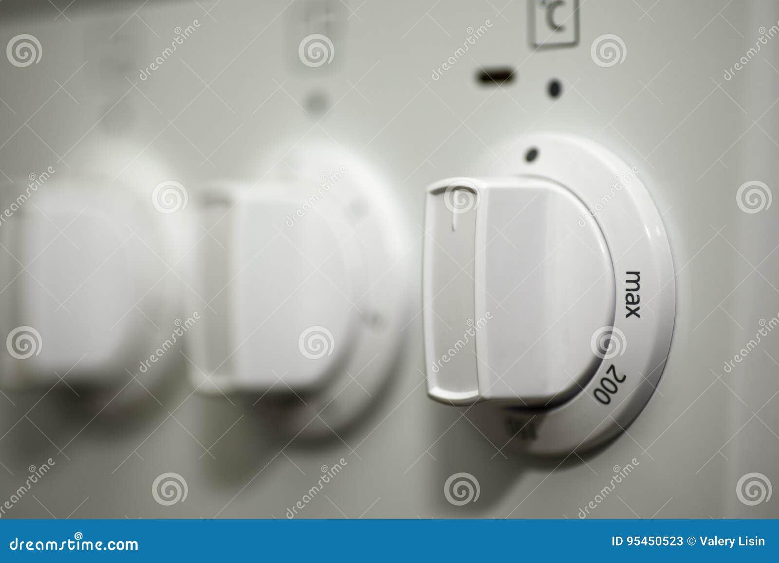 Schalten Sie den elektrischen Ofen an