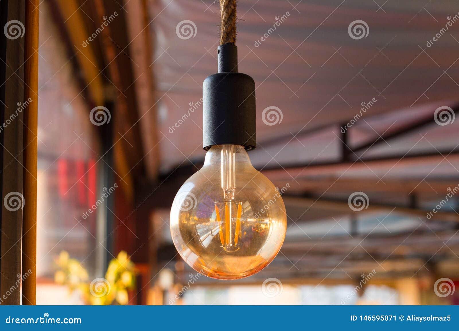 Schalten Sie die Lampe mit Ihrer Mitteilung, minimales Konzept f?r Ideen ein