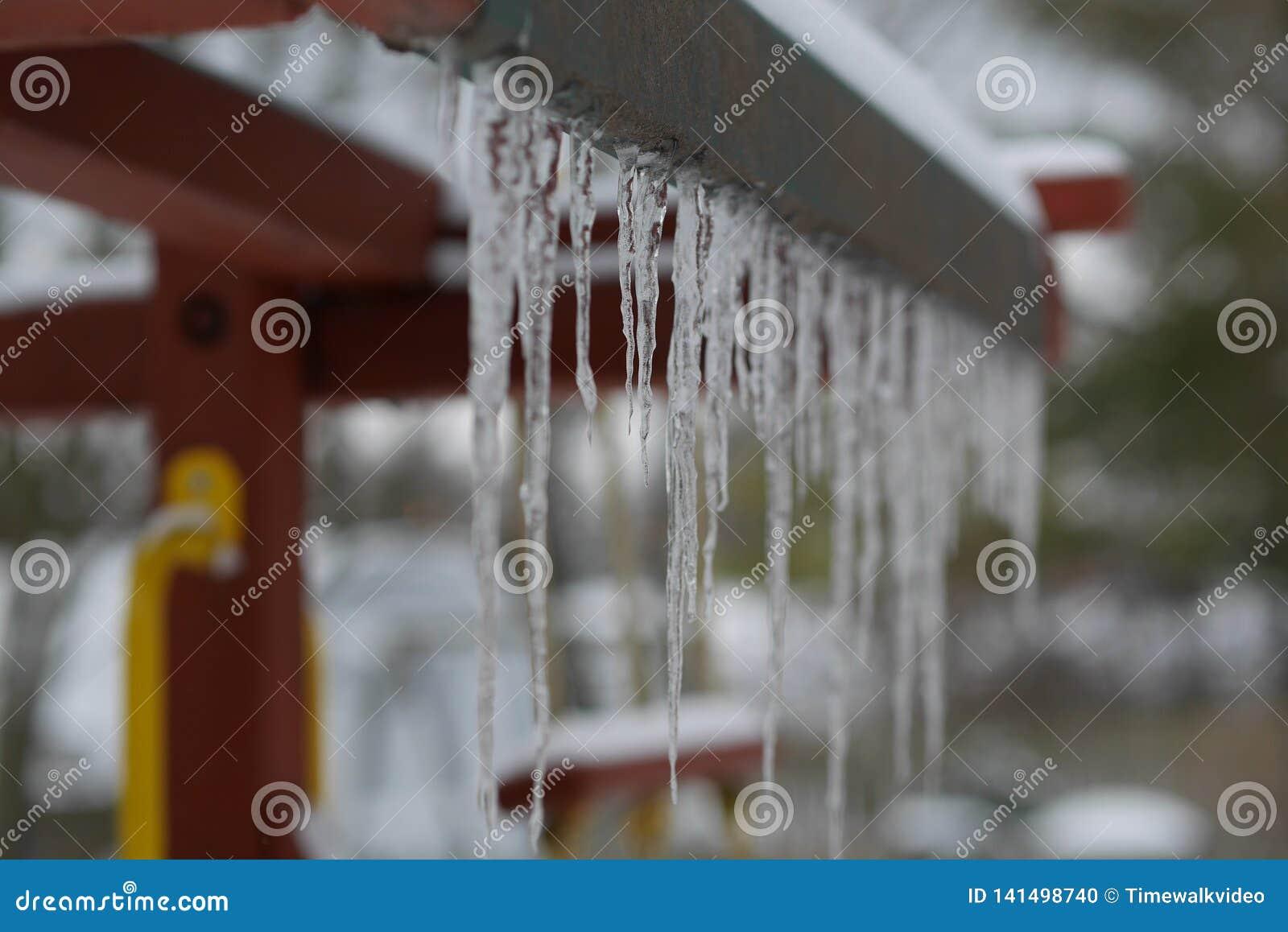 Scharfe Eiszapfen hängen vom Fort der Kinder