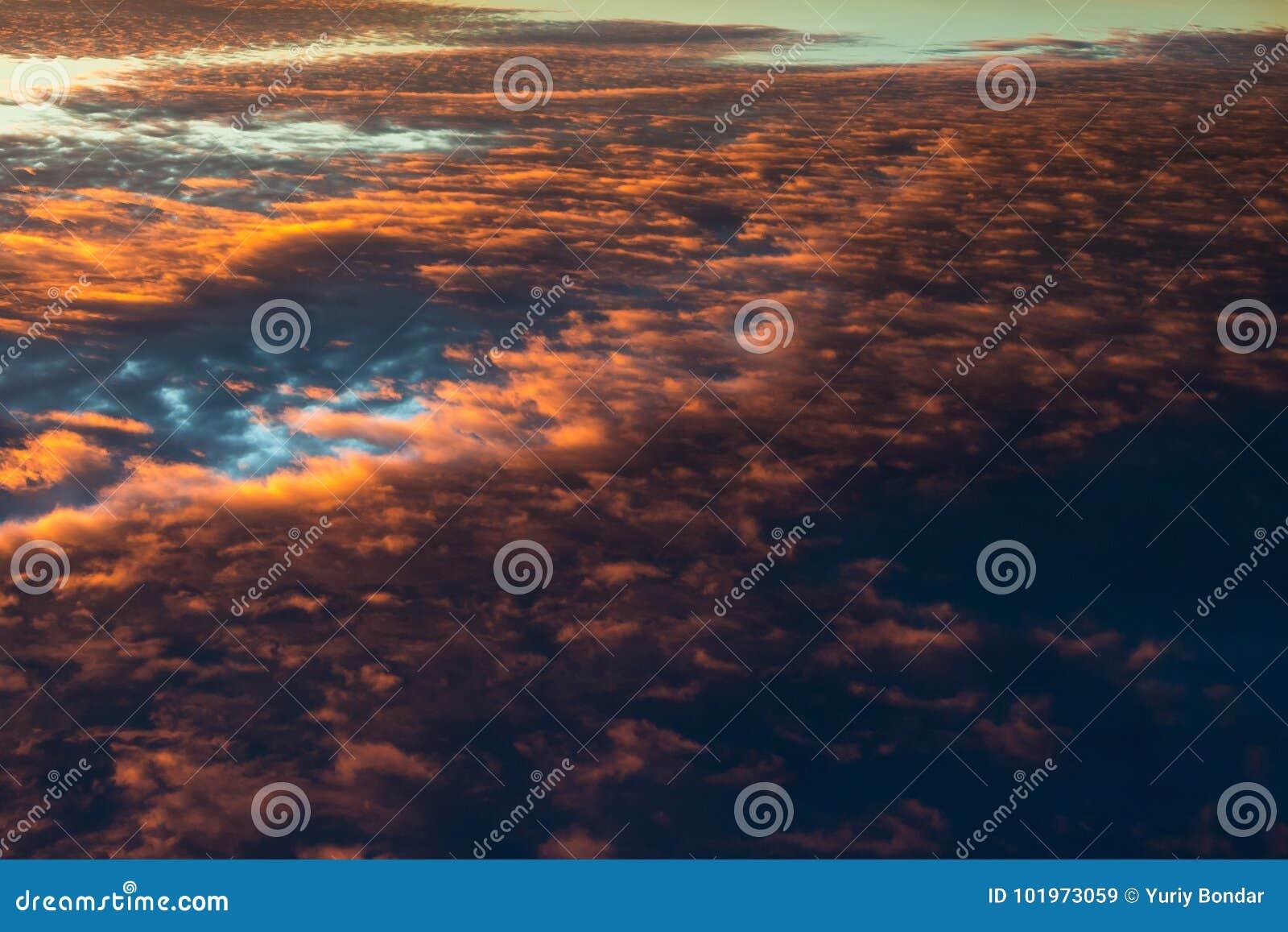 Scharlaken wolken in de hemel combinatie warme en koude kleuren
