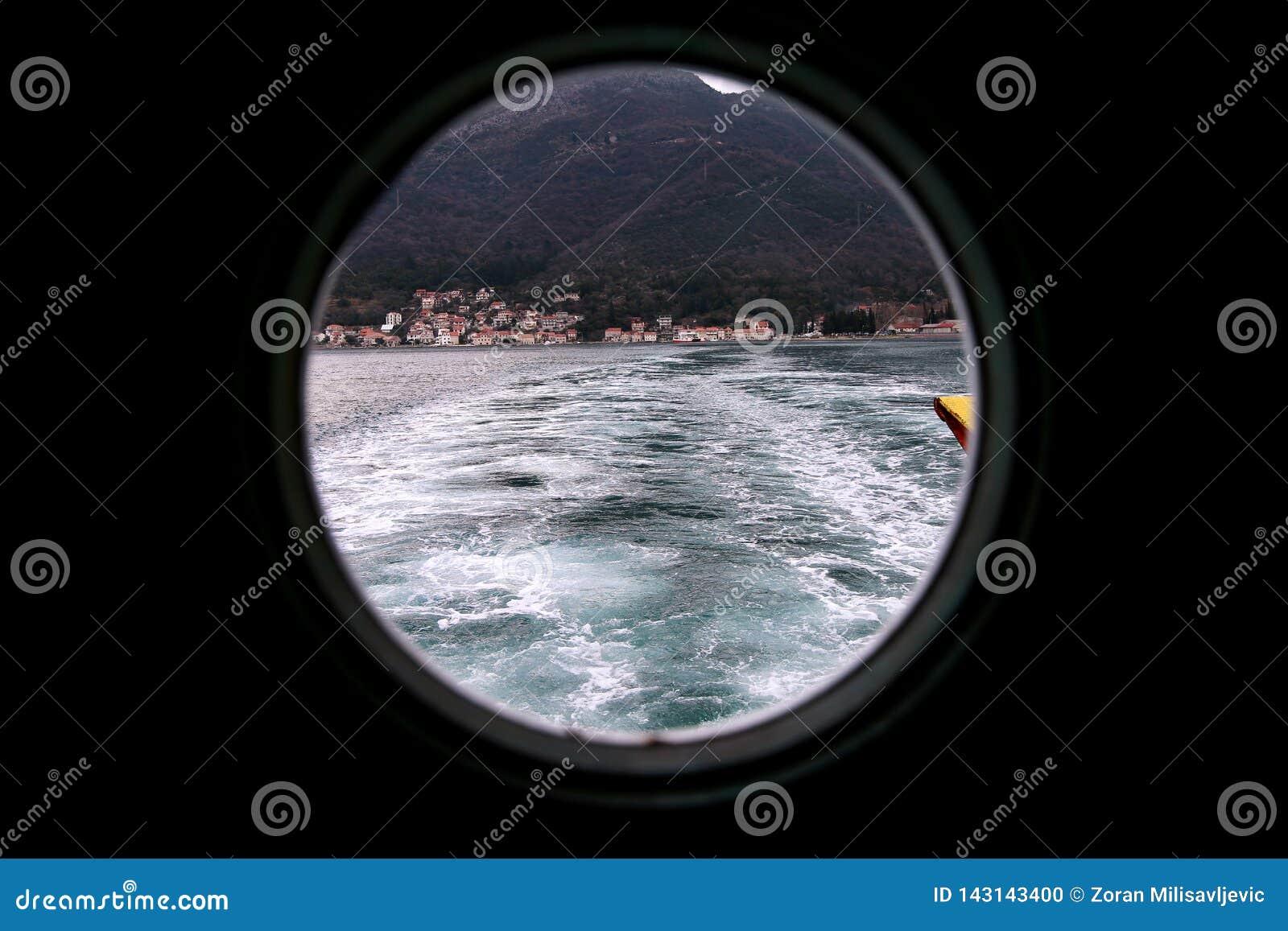 Scharnierend om venster, onweersdekking op schip die buiten in Middellandse Zee kijken Patrijspoortmening door venster op schip