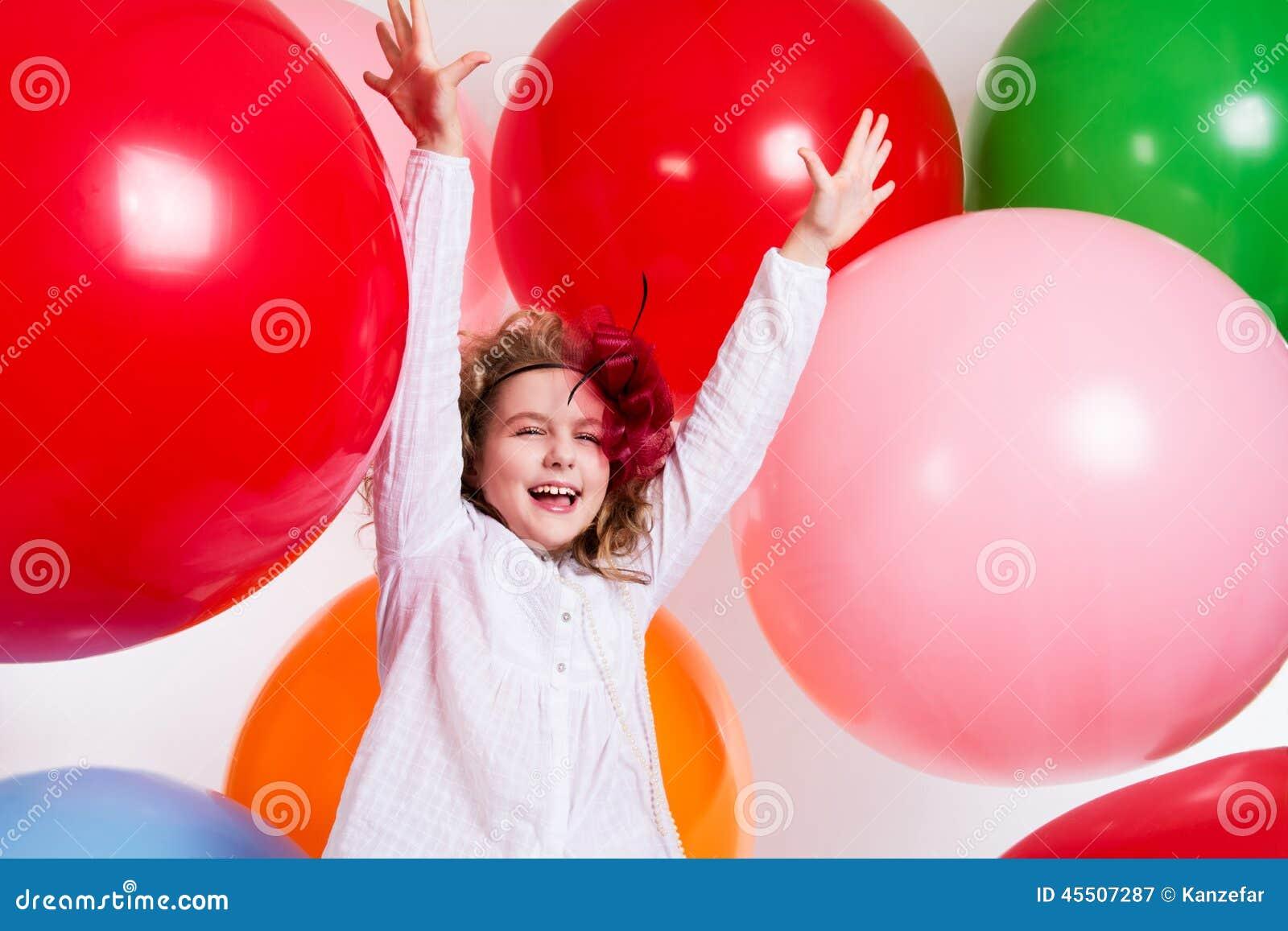 Schastivaya radosna dziewczyna na wielcy balony