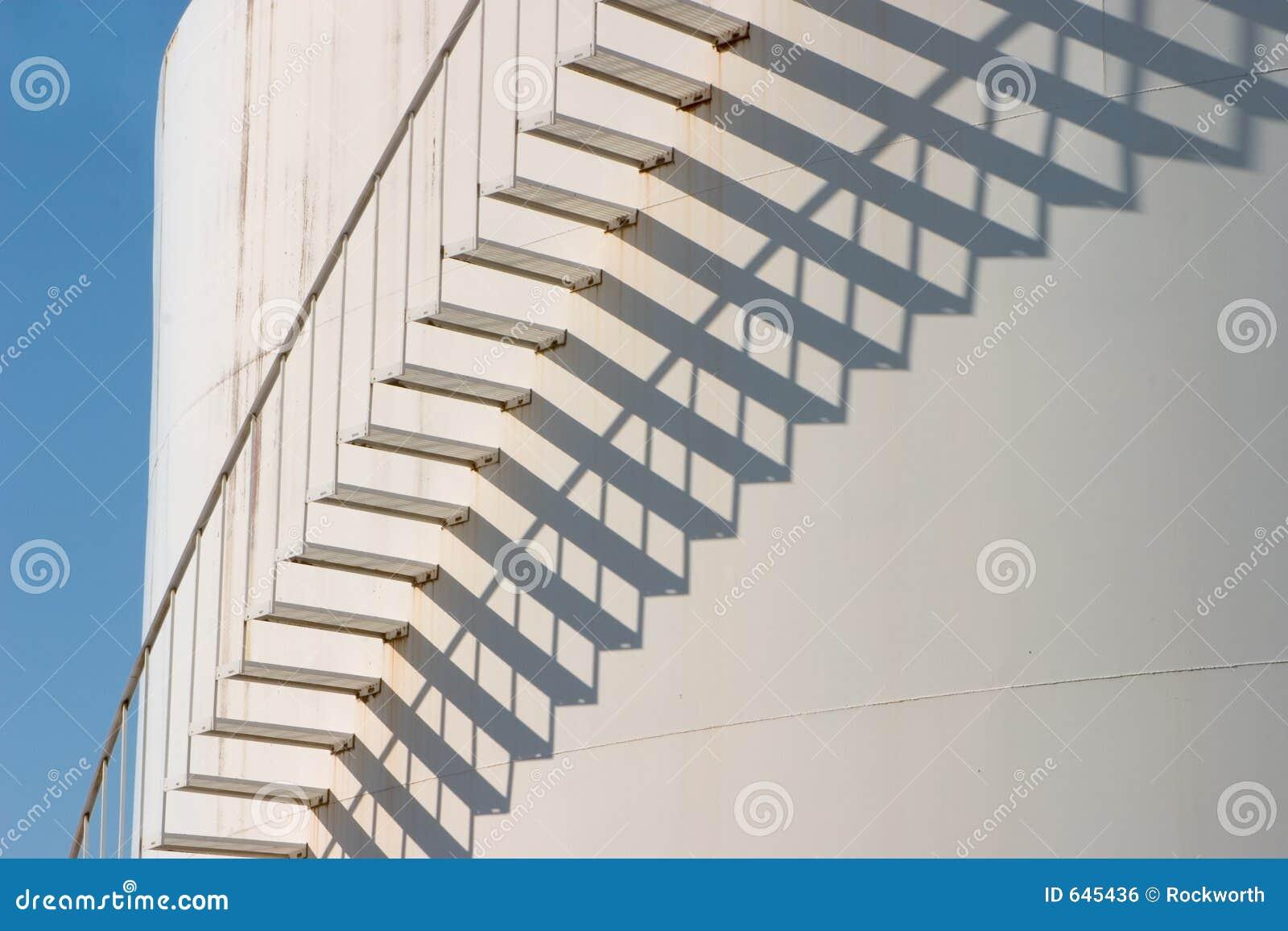 schatten und treppen in der farbe stockfoto - bild von verfallen