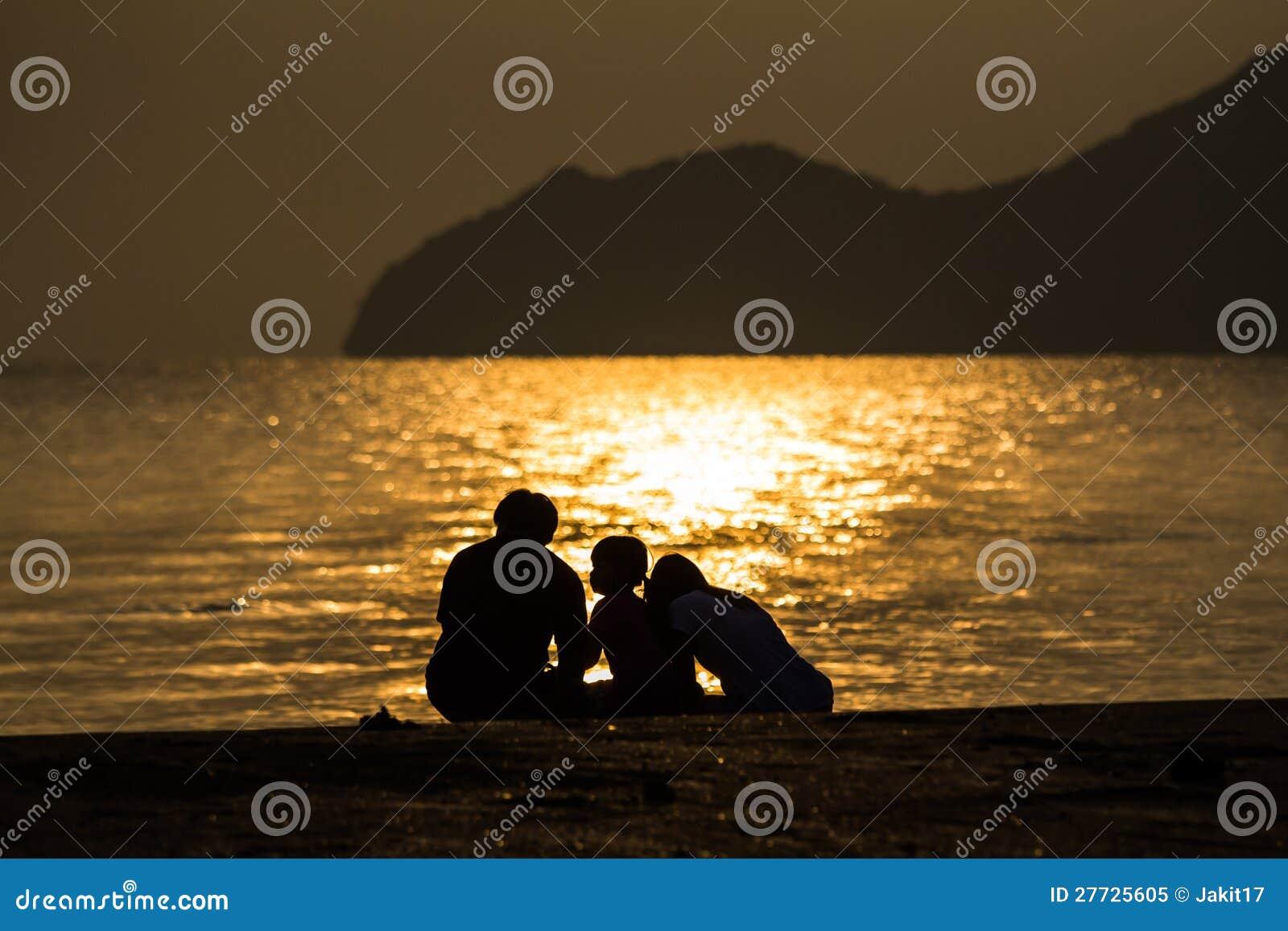 Schattenbild der liebevollen Familie