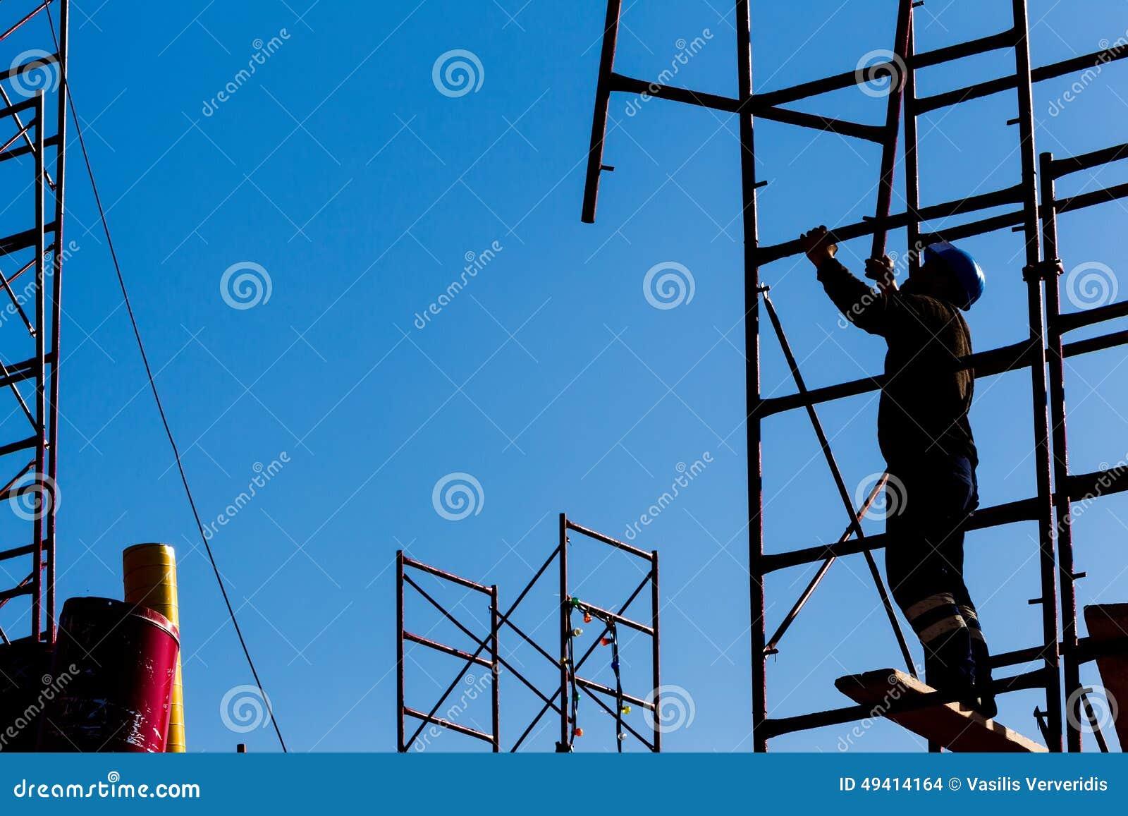 Download Schattenbild Des Bauarbeiters Gegen Himmel Auf Baugerüstesprit Stockfoto - Bild von erbauer, person: 49414164