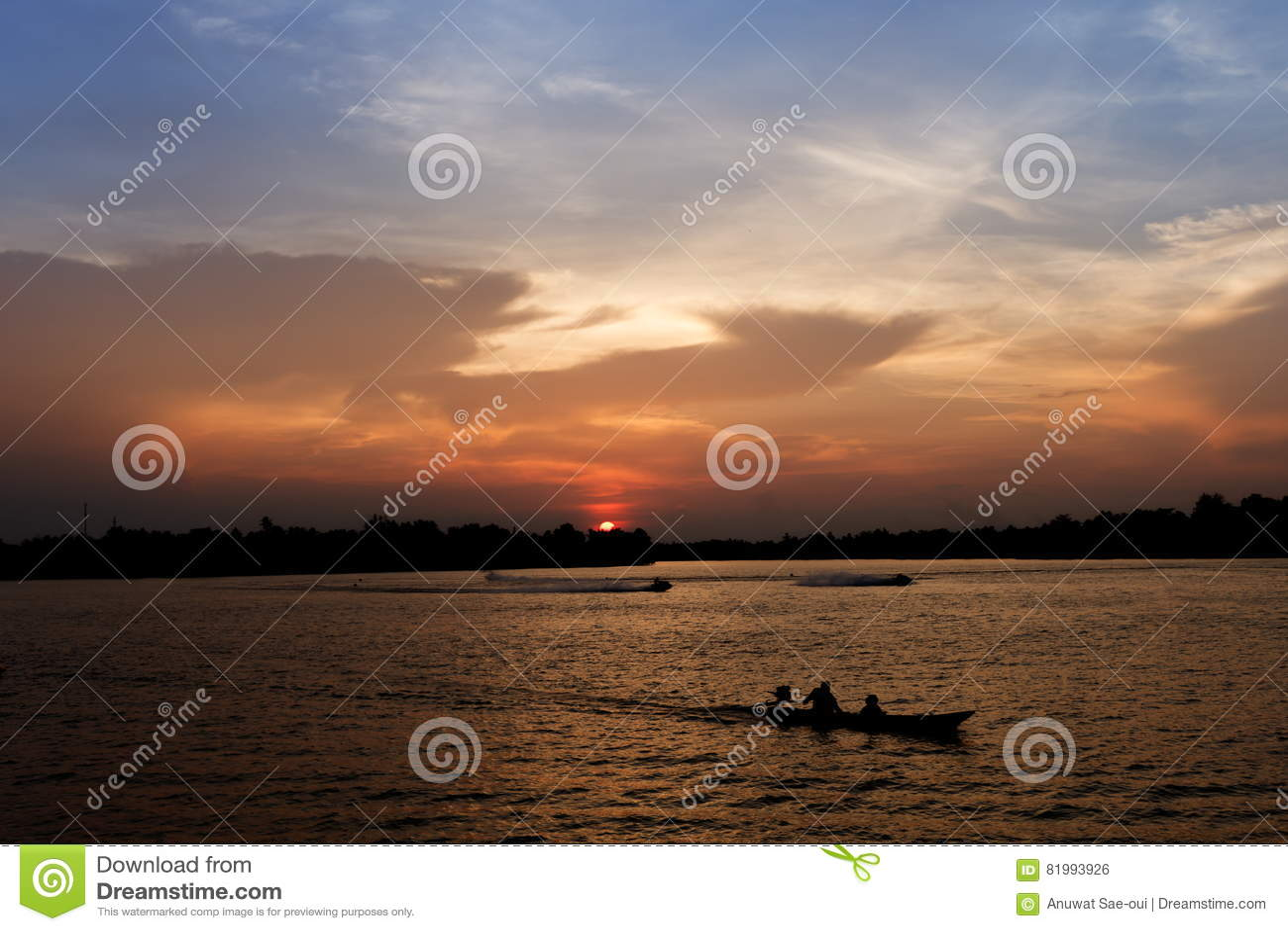 Schattenbild des Bootes des langen Schwanzes