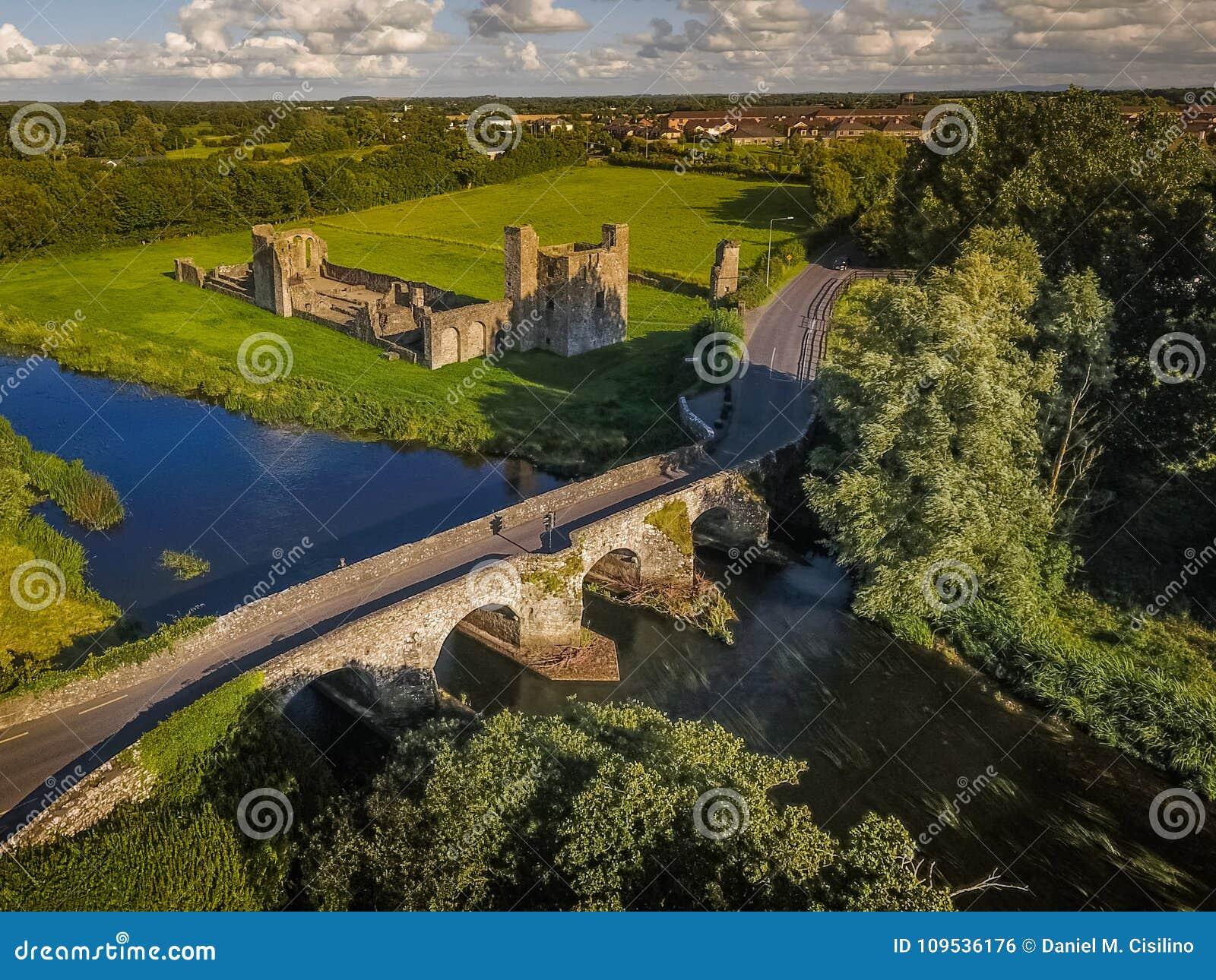 Schattenbild des kauernden Geschäftsmannes Kloster von Johannes Baptist Trim irland