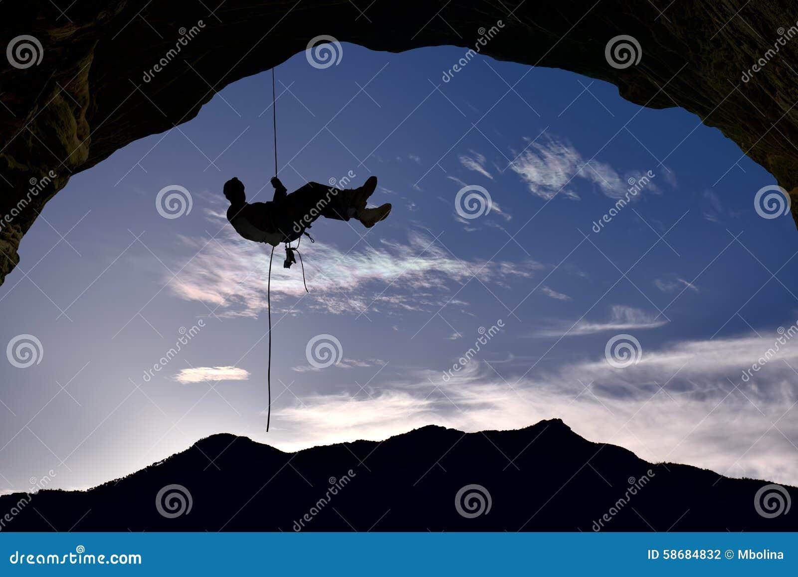 Schattenbild des Kletterers über Hintergrund des blauen Himmels