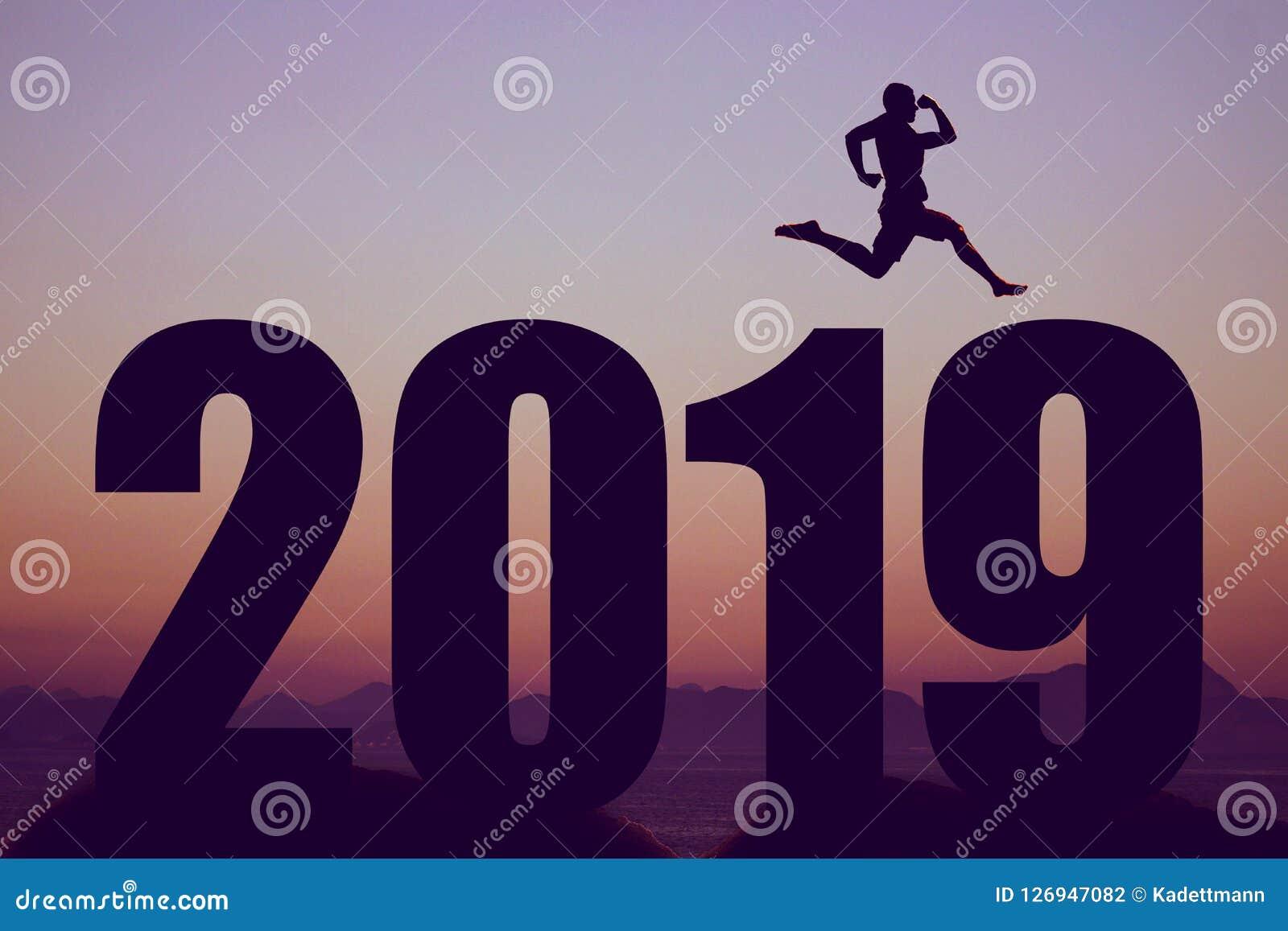 Schattenbild des neuen Jahres 2019 mit springendem Mann als Symbol für Änderungen
