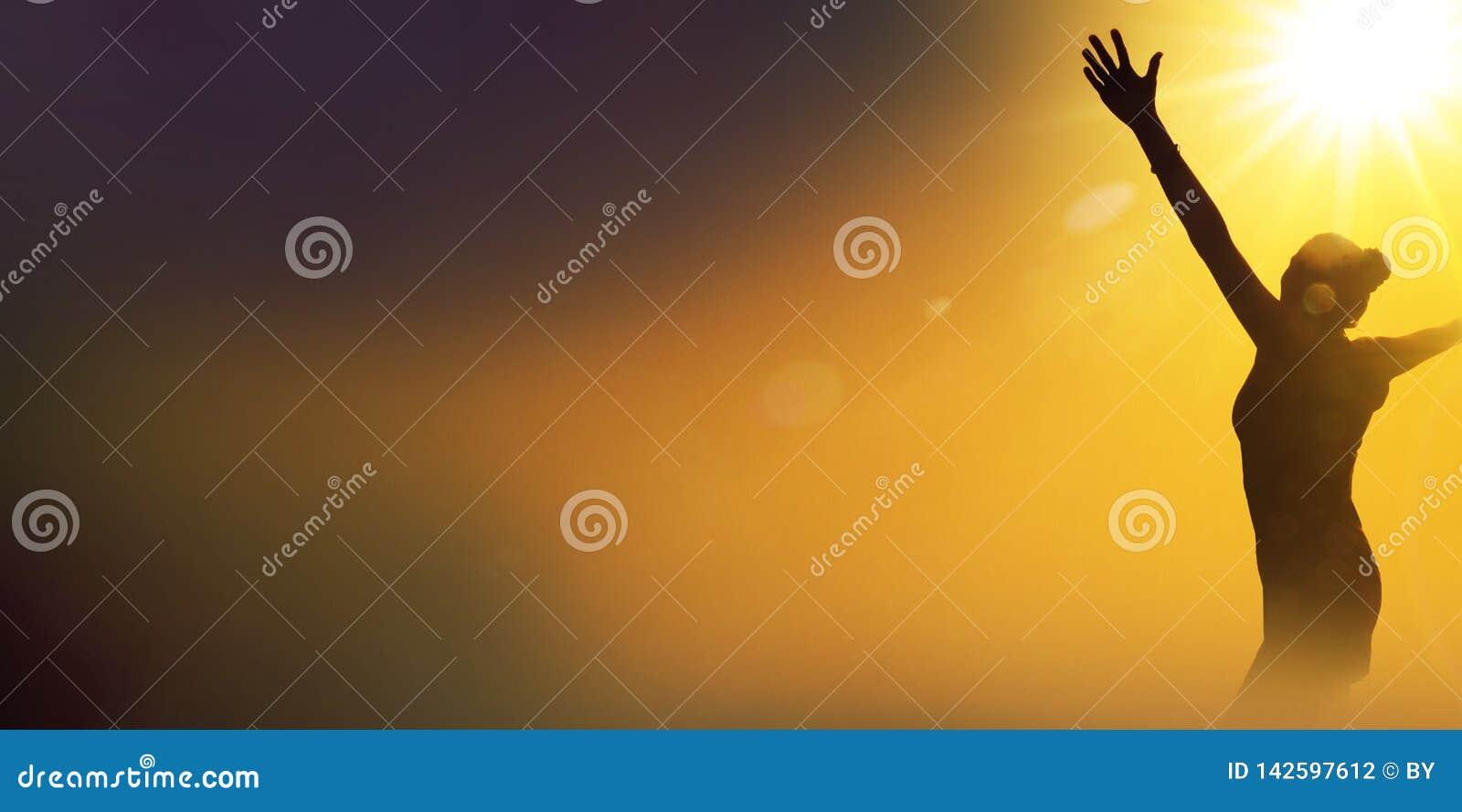 Schattenbild einer glücklichen tanzenden Frau