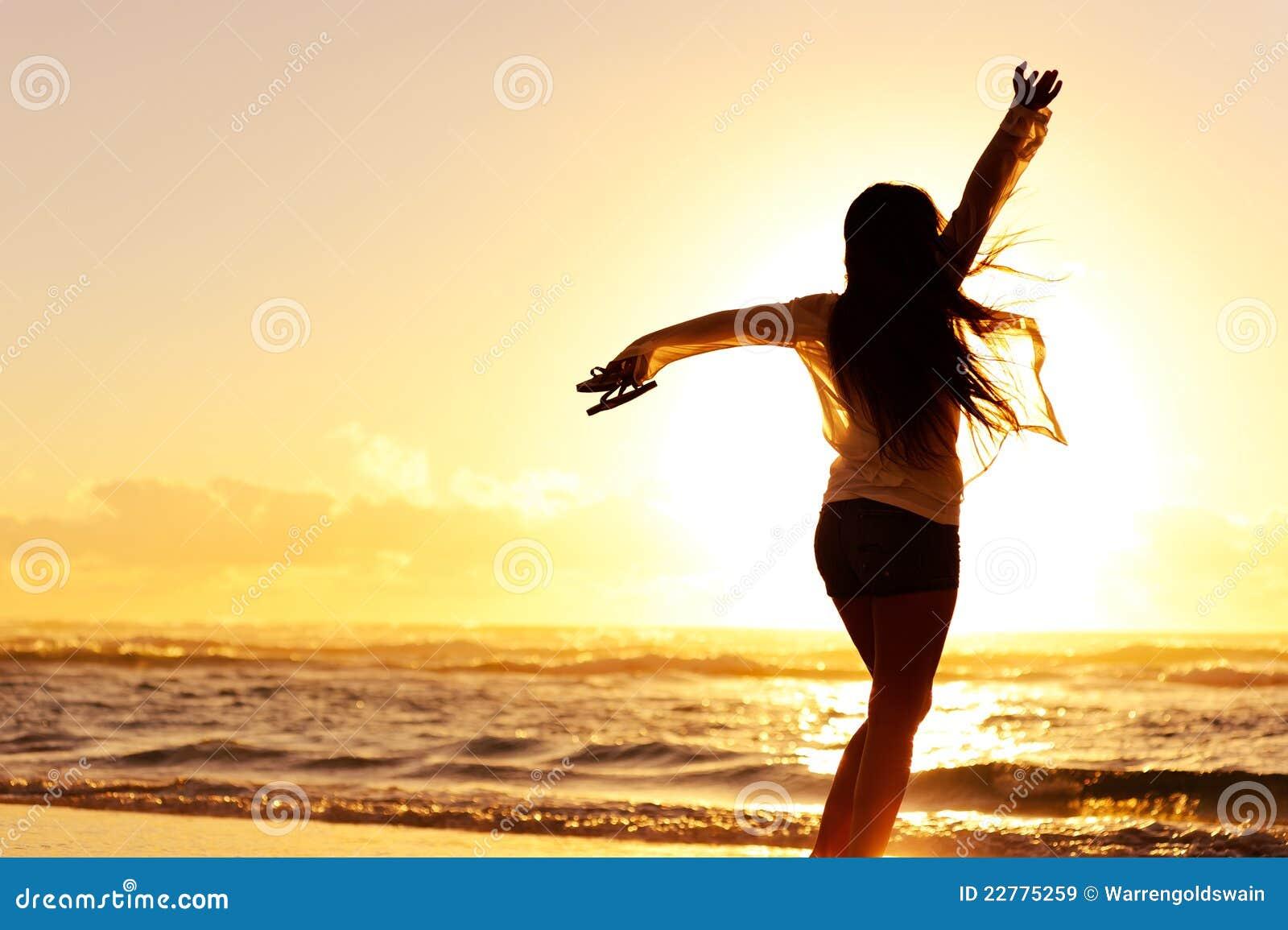 Schattenbild eines glücklichen Frauentanzens