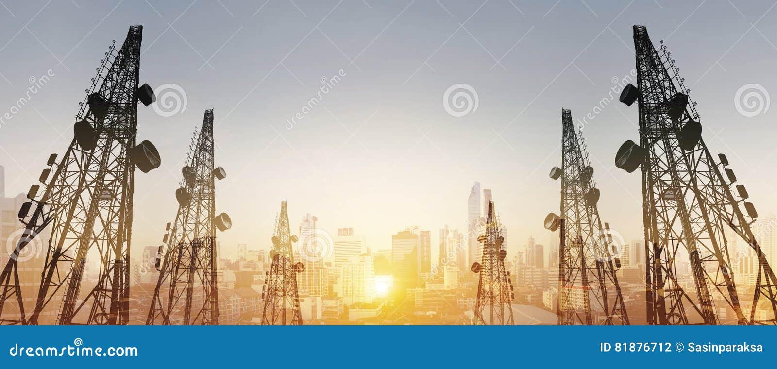 Schattenbild, Telekommunikation ragt mit Fernsehantennen und -Satellitenschüssel im Sonnenuntergang, mit Doppelbelichtungsstadt i
