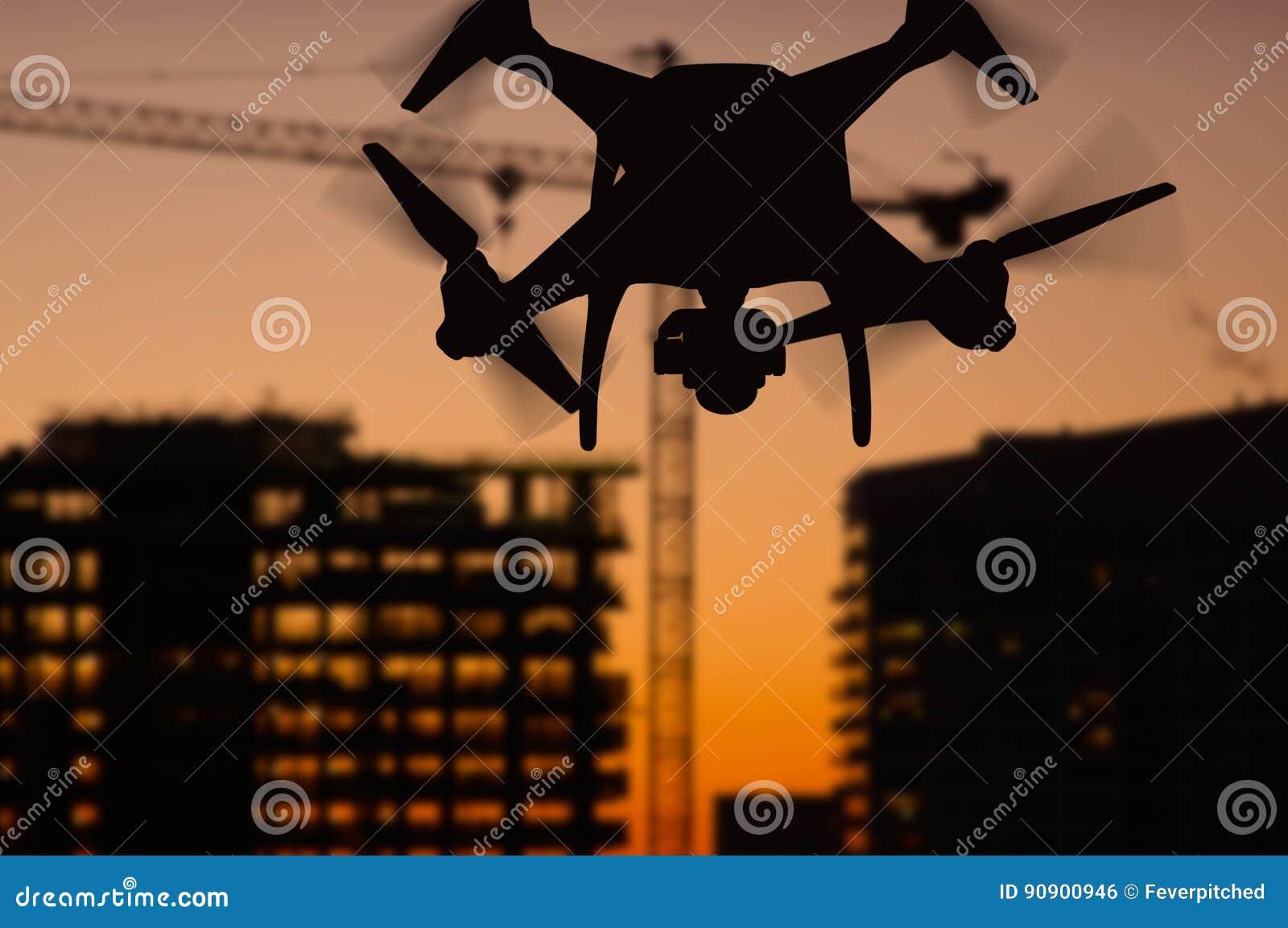 Schattenbild unbemannten Brummens Bordnetz UAV Quadcopter herein