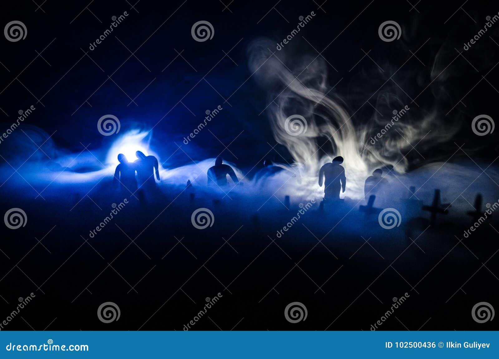 Schattenbild von den Zombies, die über Kirchhof in der Nacht gehen Horror-Halloween-Konzept der Gruppe Zombies nachts