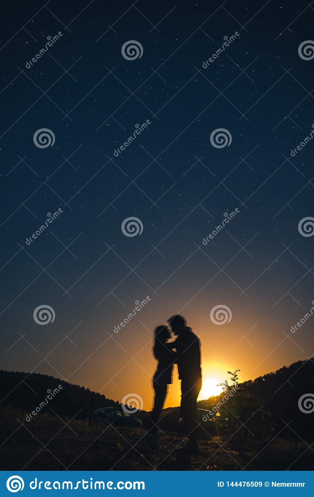 Schattenbild von jungen Paaren unter Sternen Das Konzept auf dem Thema der Liebe romantischer Abend zusammen, Sonnenuntergang, ve