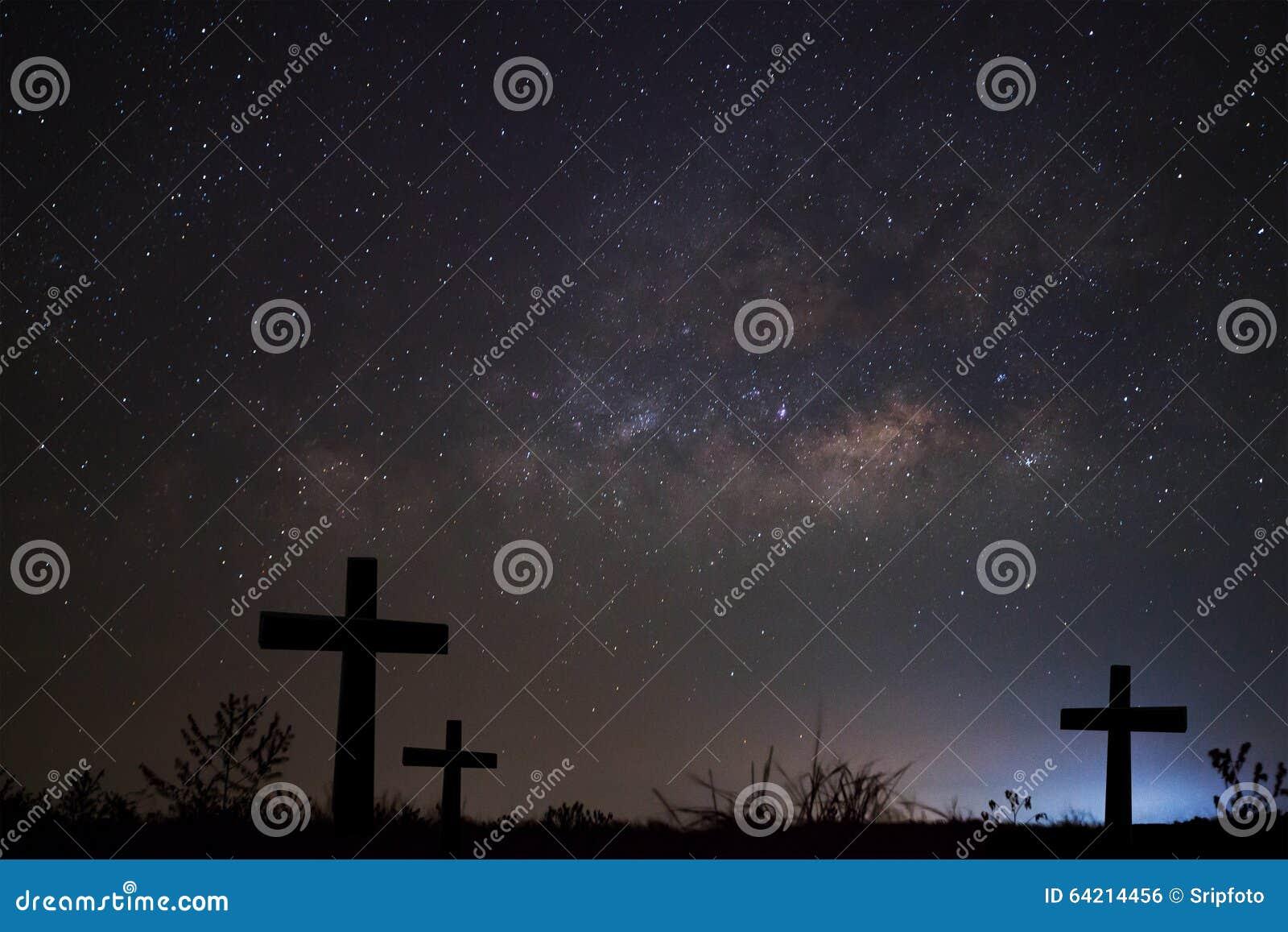 Schattenbild von kreuzen vorbei Milchstraßehintergrund, langes Belichtung phot