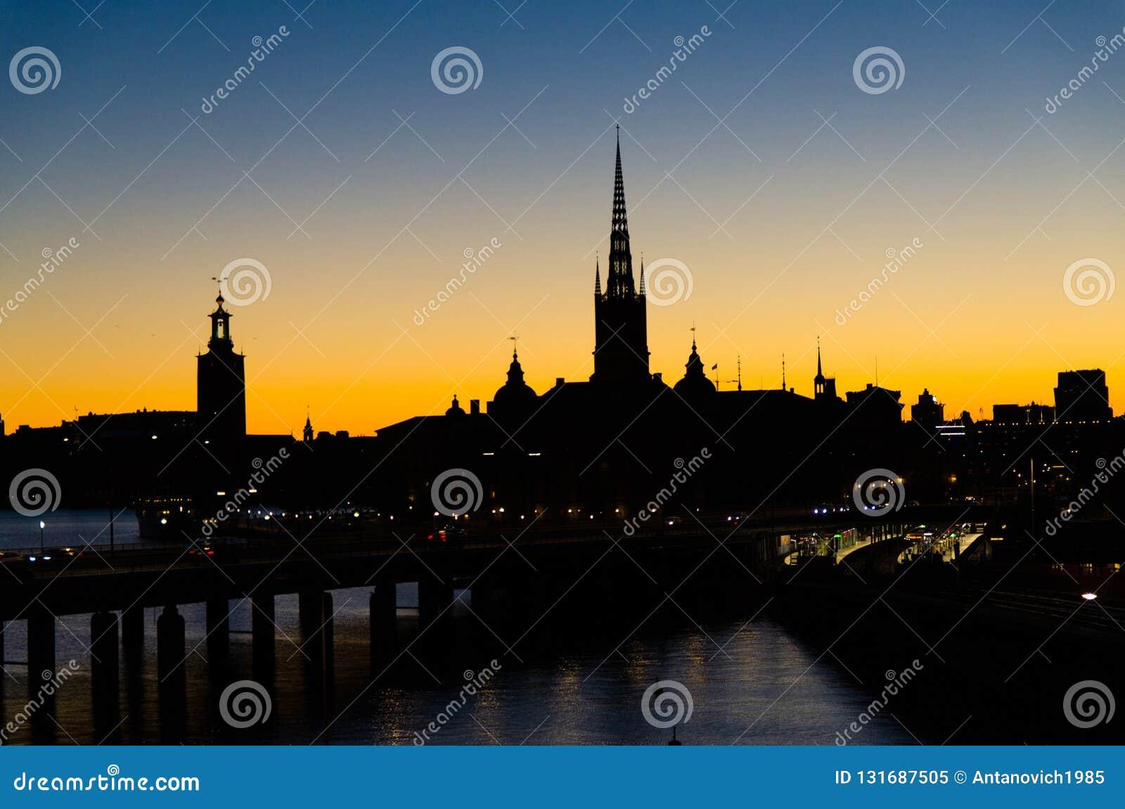 Schattenbild von Stockholm-Stadtbildskylinen mit Riddarholmen-Kirchtürmen, Stadt-Hall Stadshuset-Turm, Brücke über See Malaren he