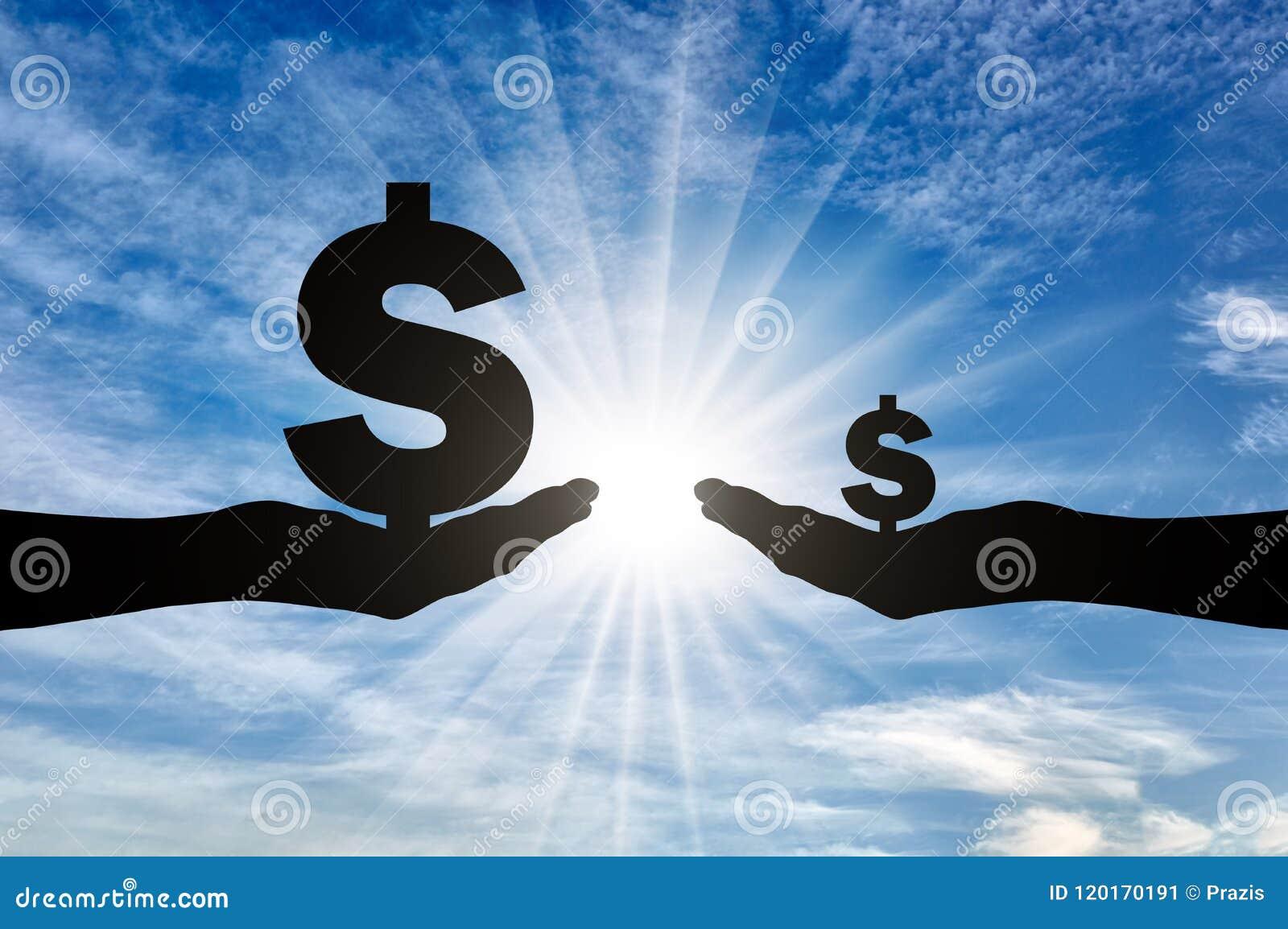 Schattenbild von zwei Händen, eins, das ein großes Zeichen Dolar hat ein hohes Einkommen, das andere klein hält