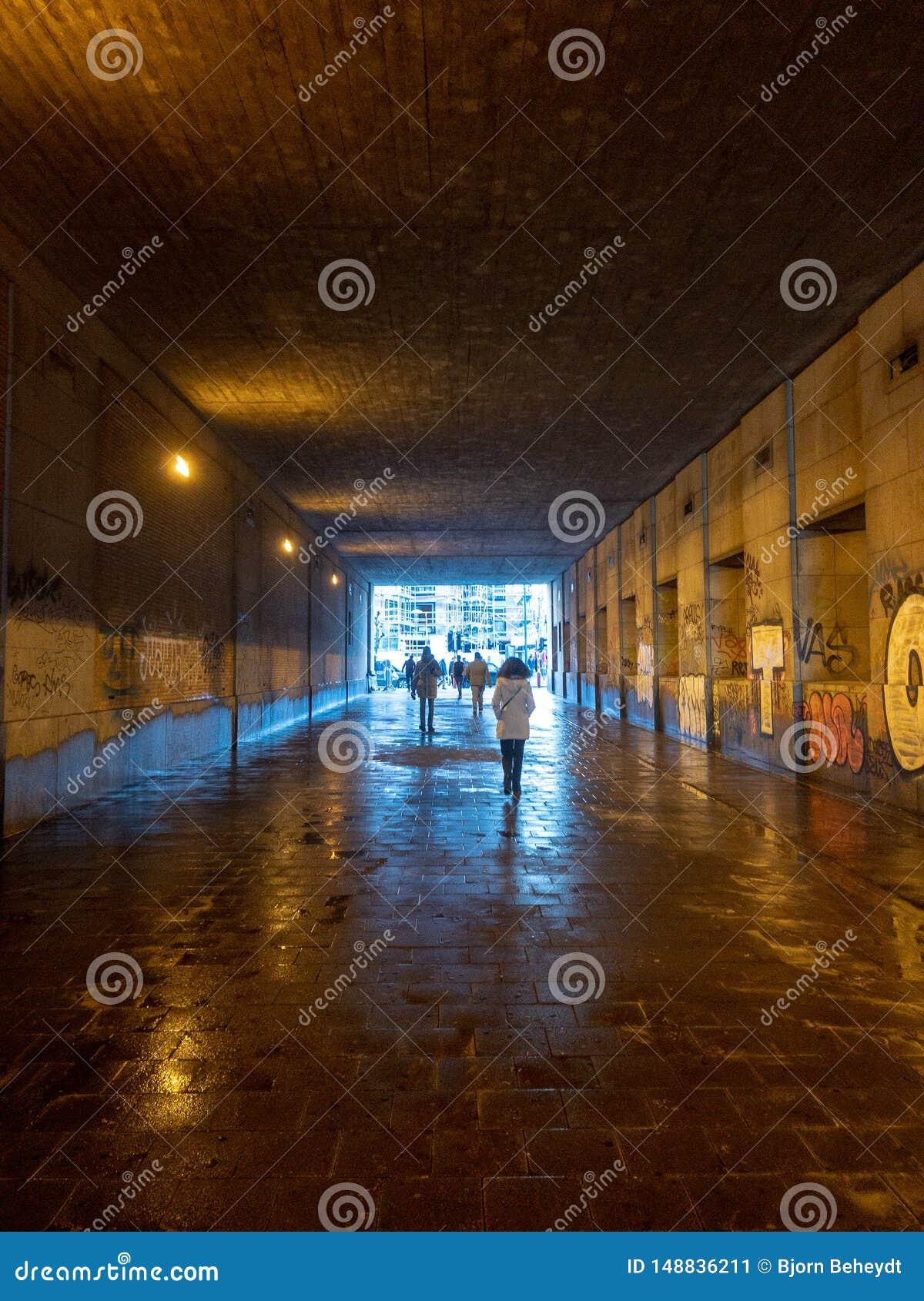 Schattenbilder in einem Tunnel