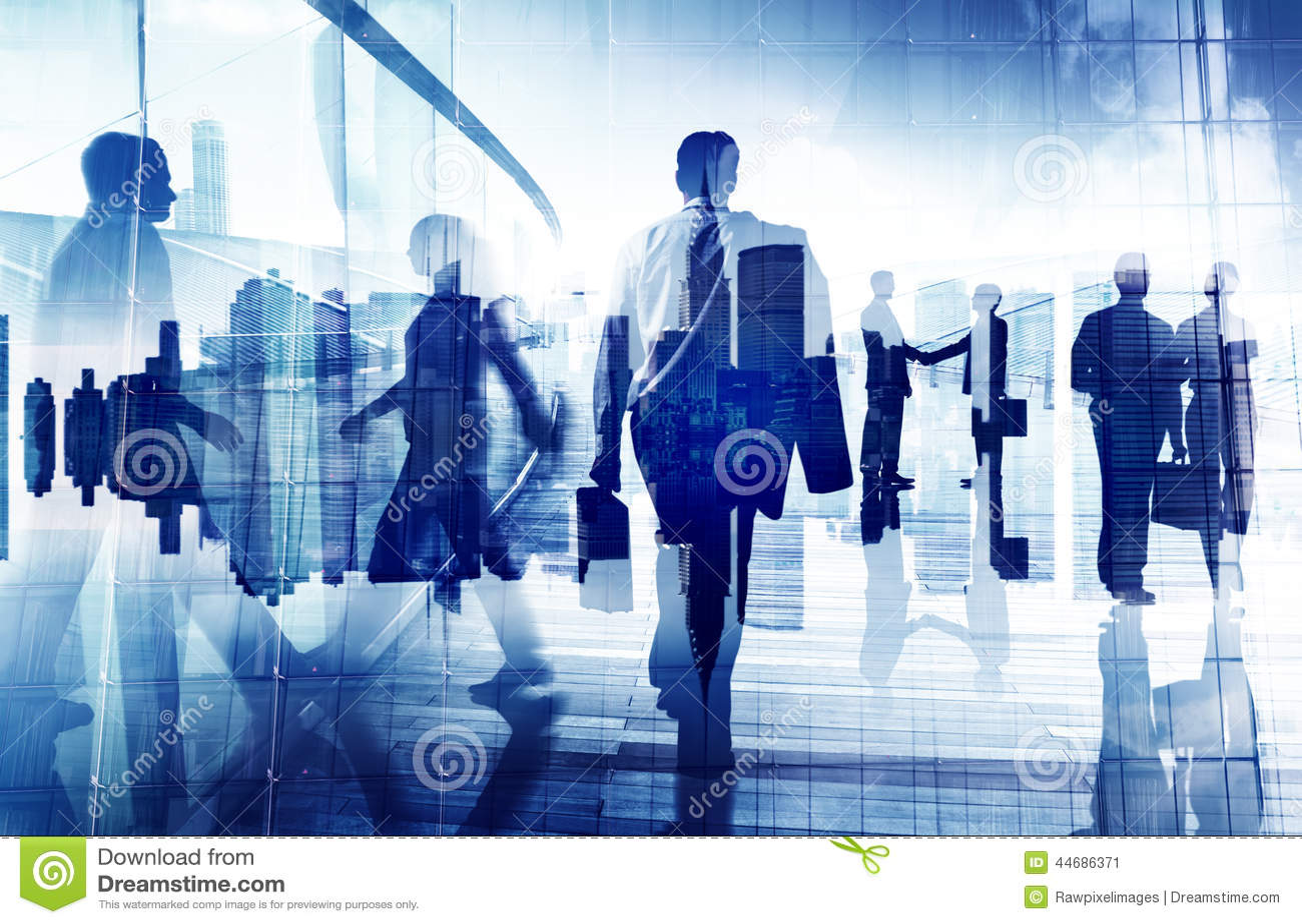 Schattenbilder von Geschäftsleuten in einem Bürogebäude