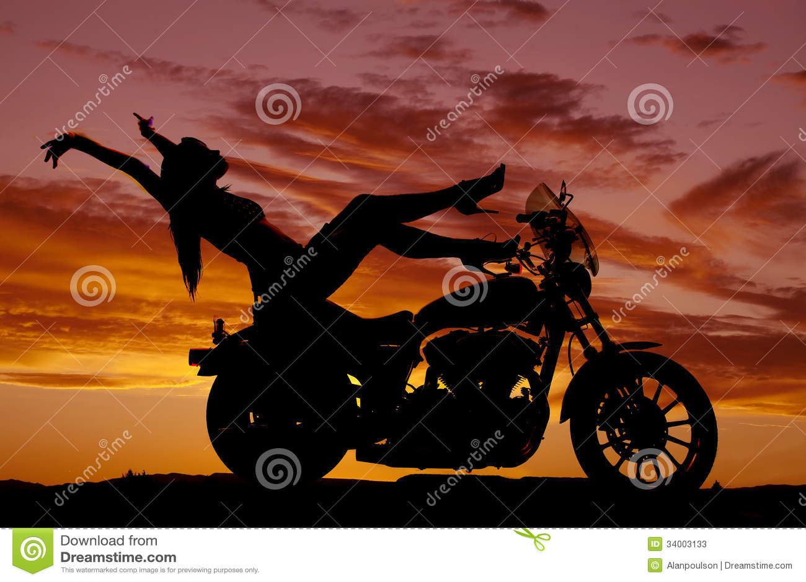Schattenbildfrauen-Motorradfersen up Hände zurück