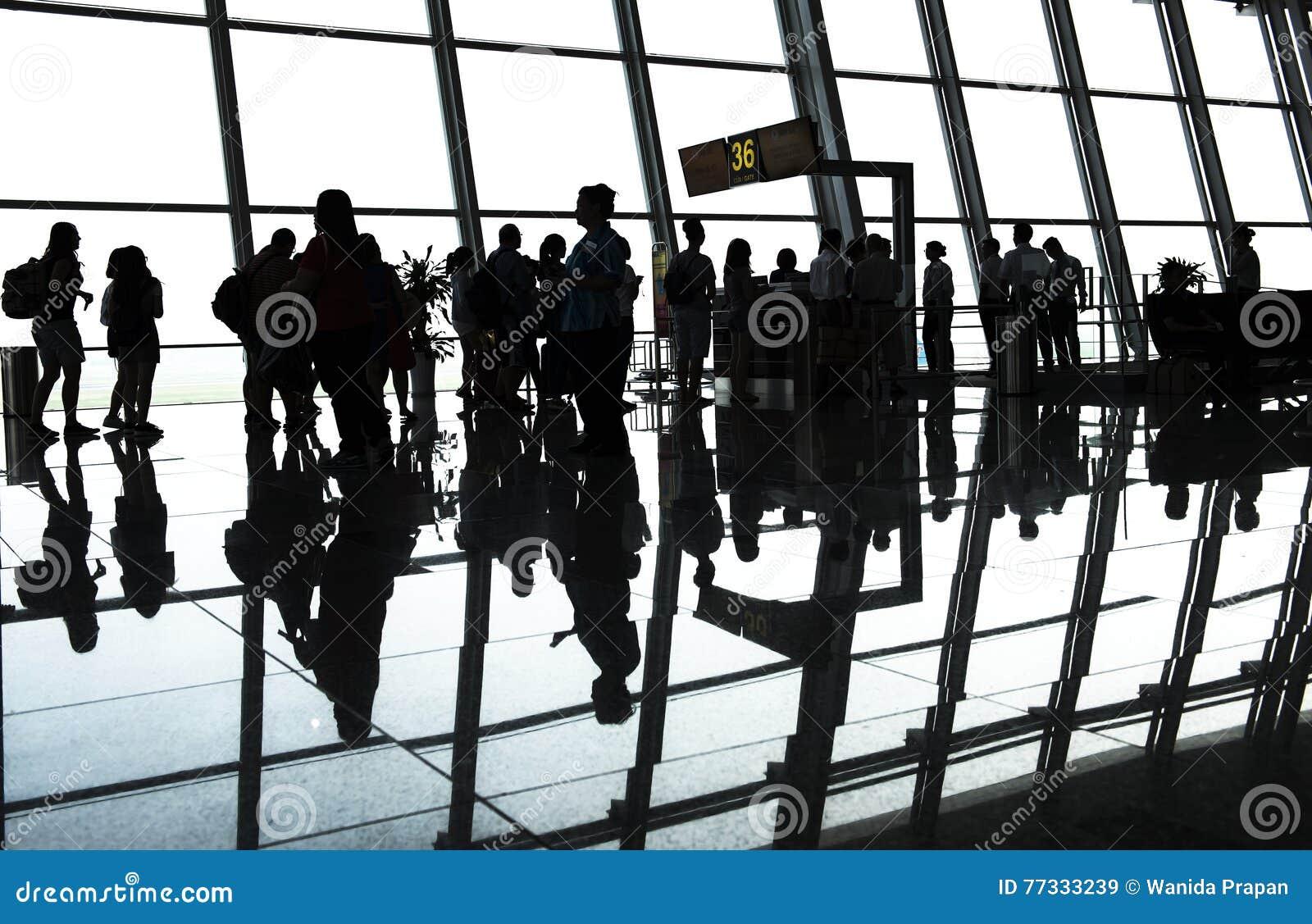 Schattenbildpassagier im Flughafen