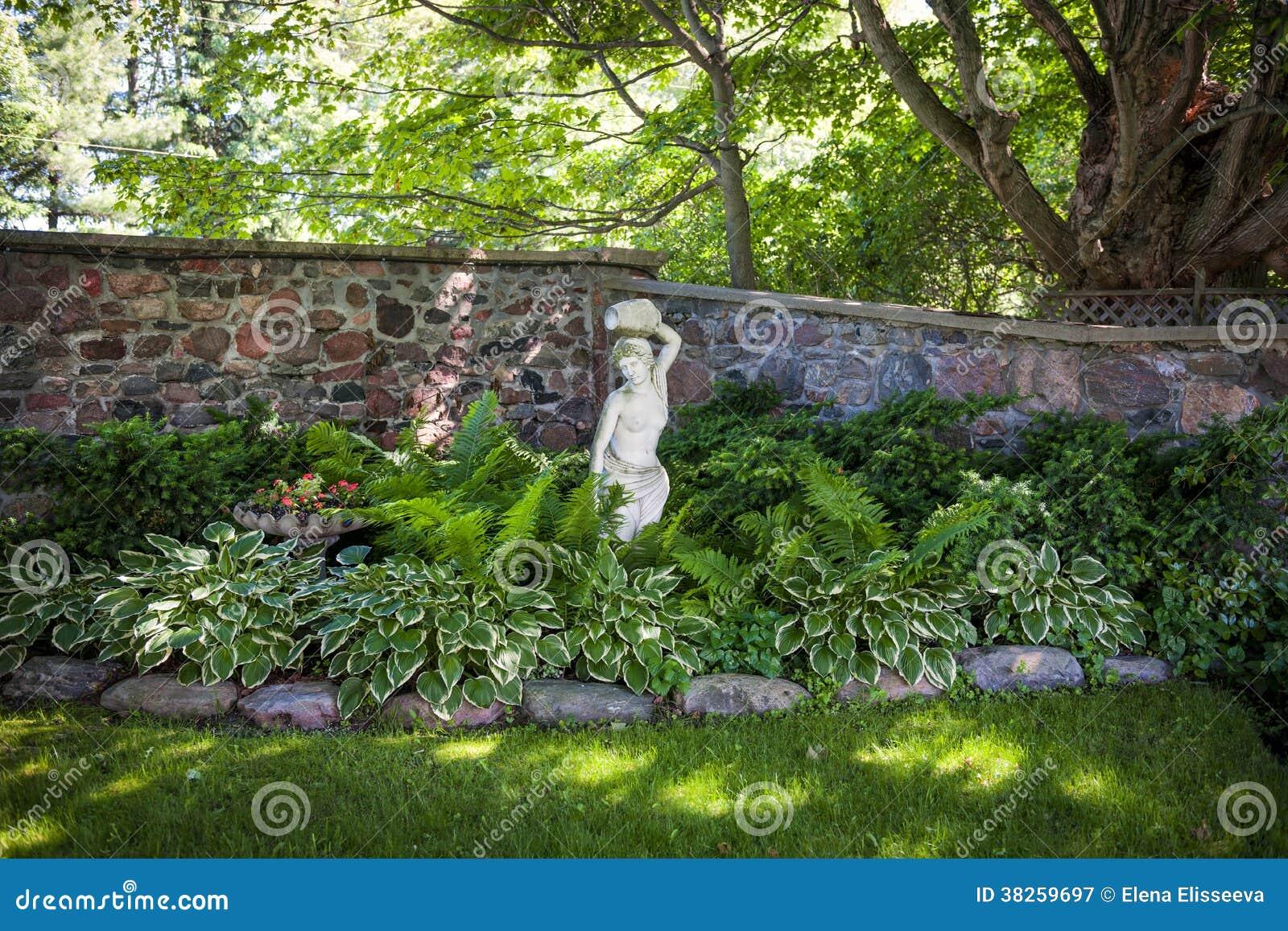Schattiger best ndiger garten lizenzfreie stockfotografie for Gartengestaltung schattiger garten