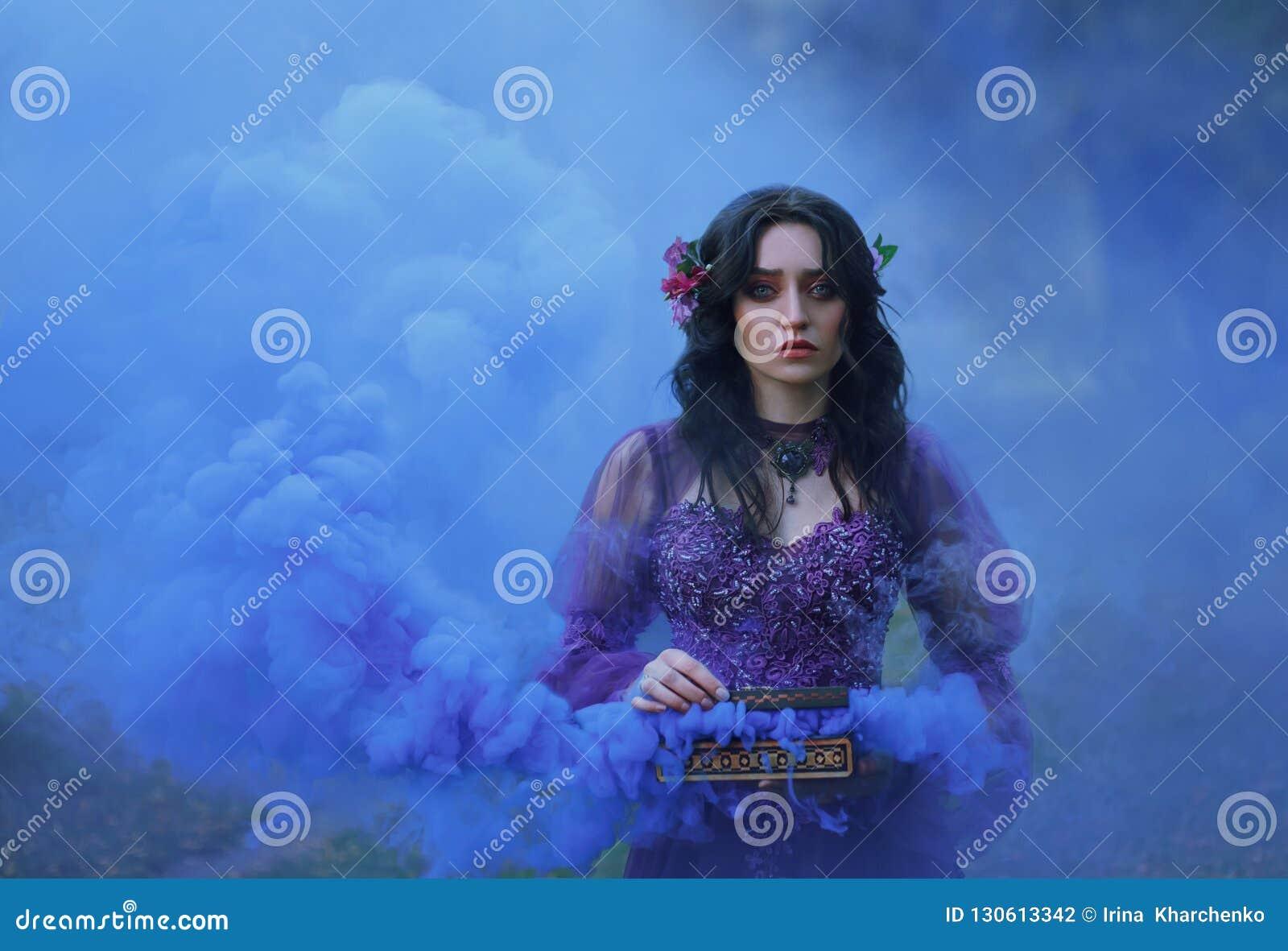 Schatulle Padora Trauriges Mädchen hält das schlechte Geschenk der Götter - einen Kasten, der mit Übel gefüllt wird Eine Frau sch
