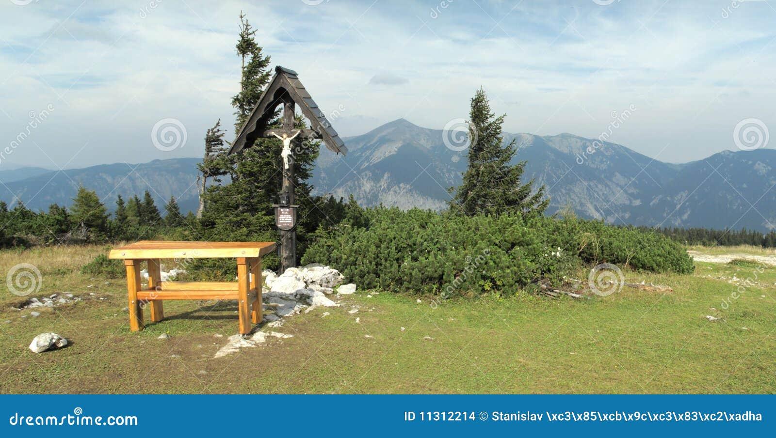 Schauen Sie von den Rax Alpen zu Hochsneeberg