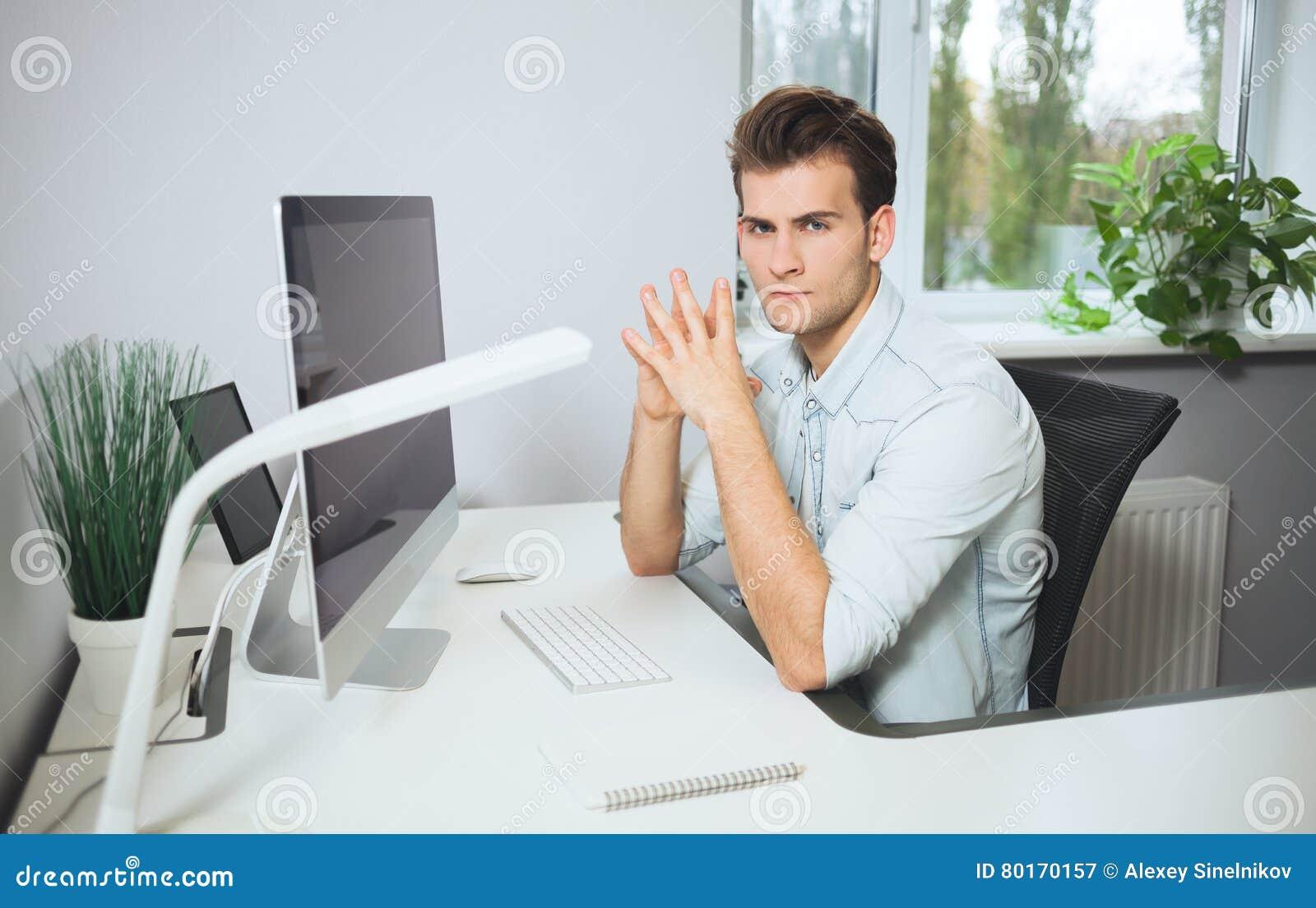 Schauen Von Den Arbeitern Im Büro Stilvoller Designer Am ...