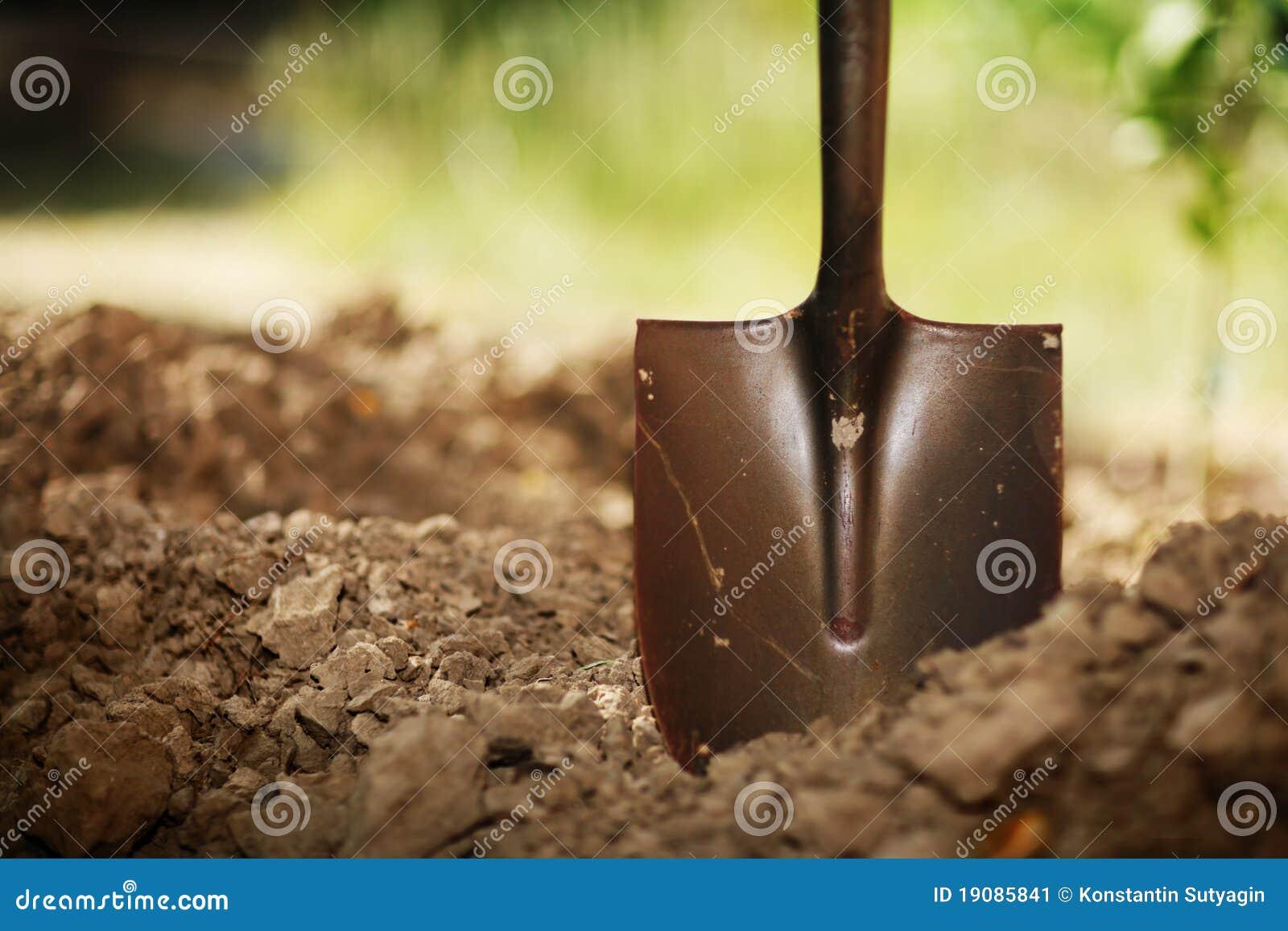 Schaufel im Boden