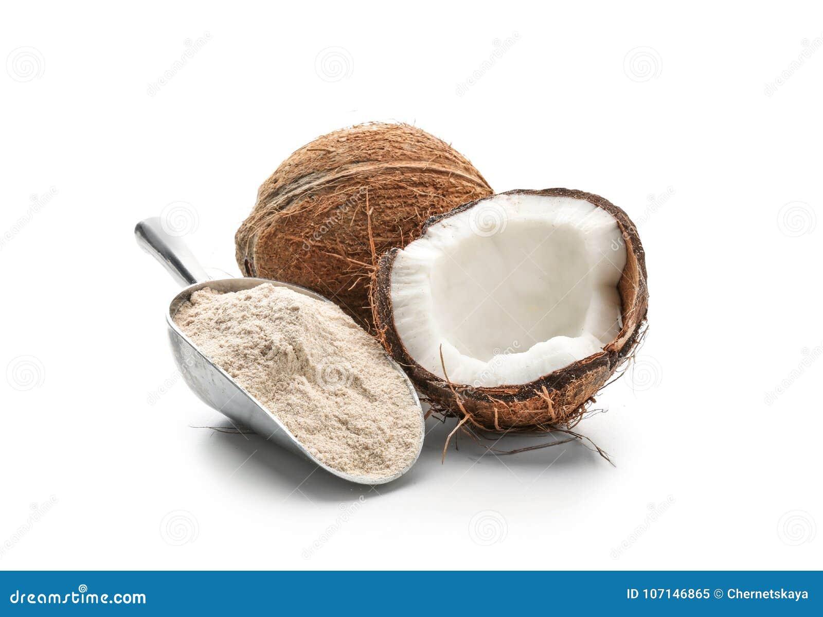 Schaufel mit Kokosnussmehl und -nuß