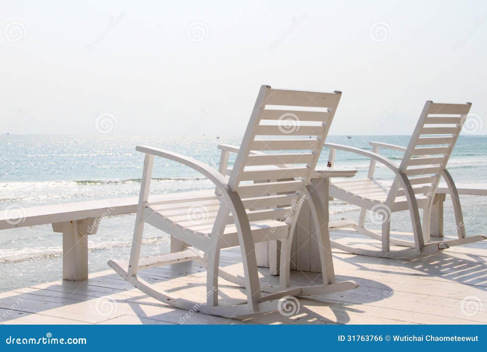 schaukelstuhl auf dem strand stockfoto bild von ozean drau en 31763766. Black Bedroom Furniture Sets. Home Design Ideas