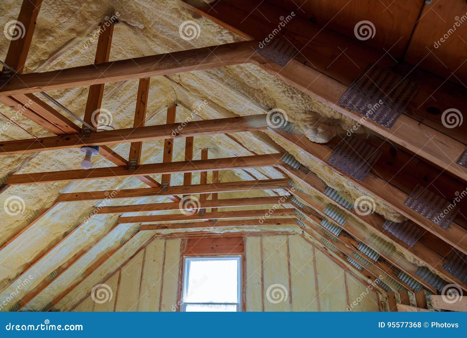 Schaumstoff Isolierung Auf Einem Neuen Dach Stockfoto Bild Von