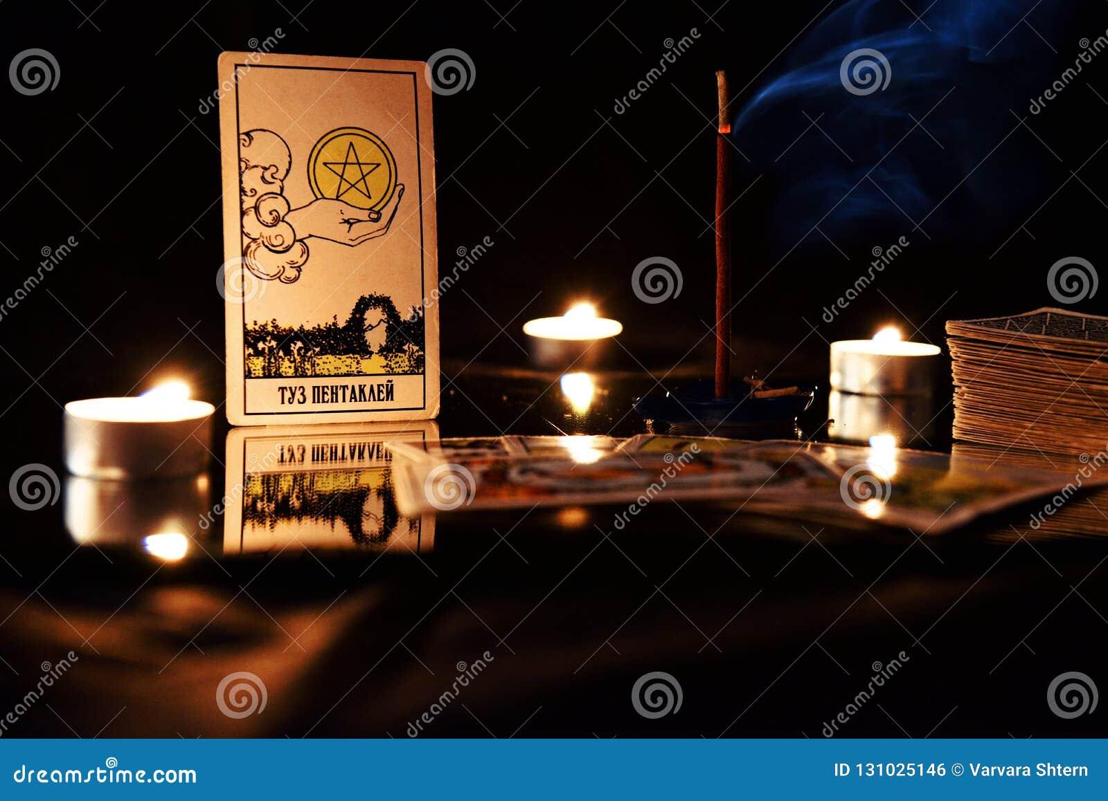 Schede di Tarot Natura morta con i trucchi e le candele di fortuna