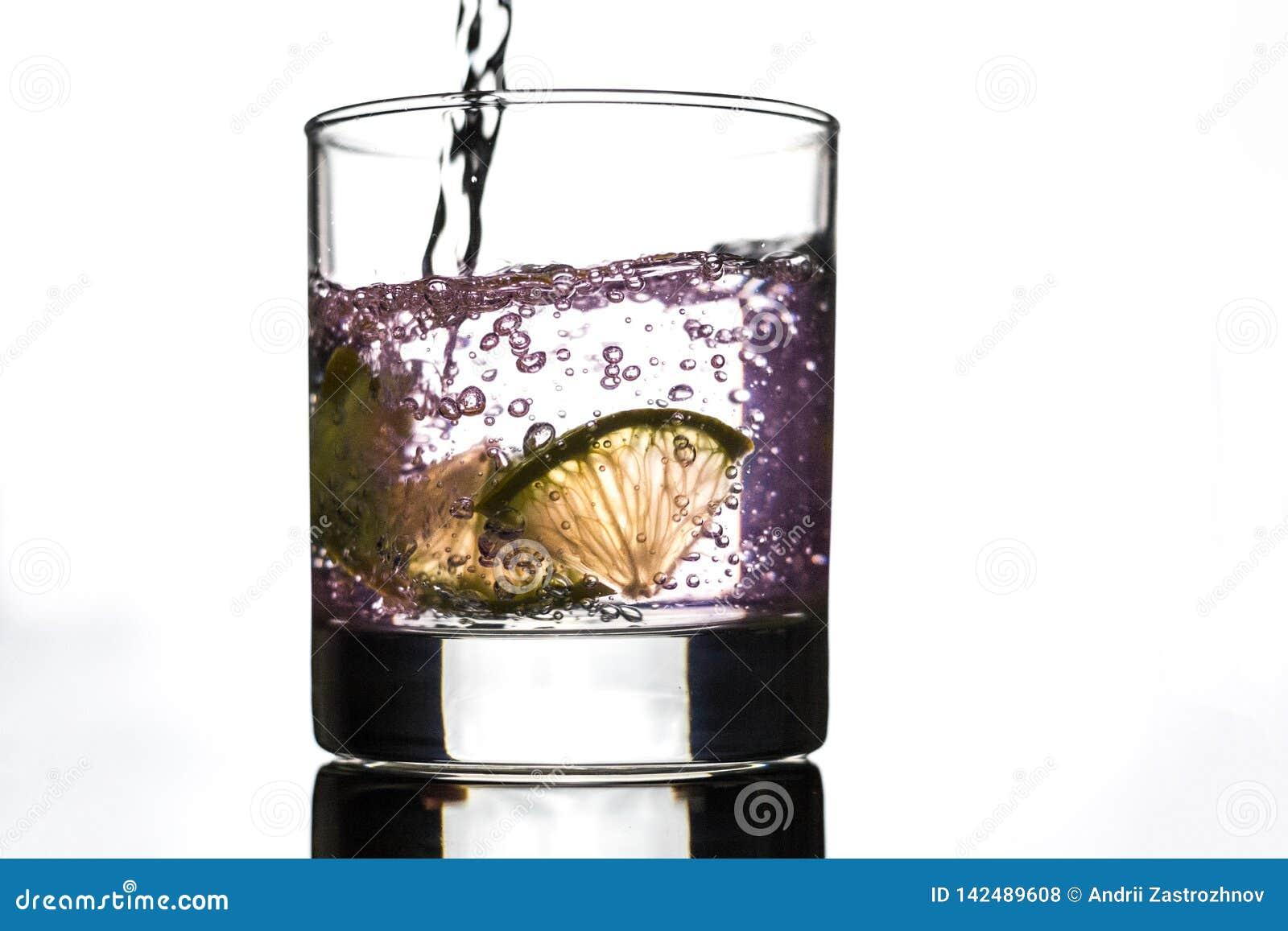 Scheiben der Zitrone in einem Glas Rosenwasser
