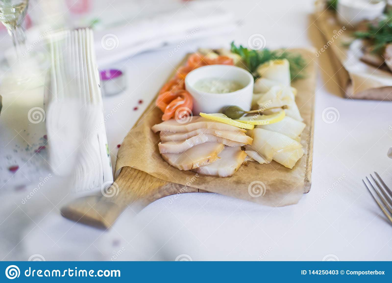 Scheiben von verschiedenen gesalzenen Fischen - Lachse, muksun, öliger Fisch auf hölzernem Schneidebrett Restaurant