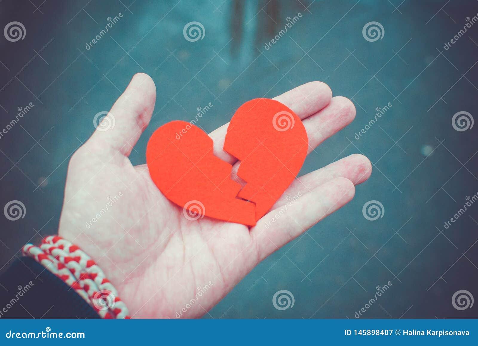 Scheidingsconcept - Gebroken hart in de mannelijke handen