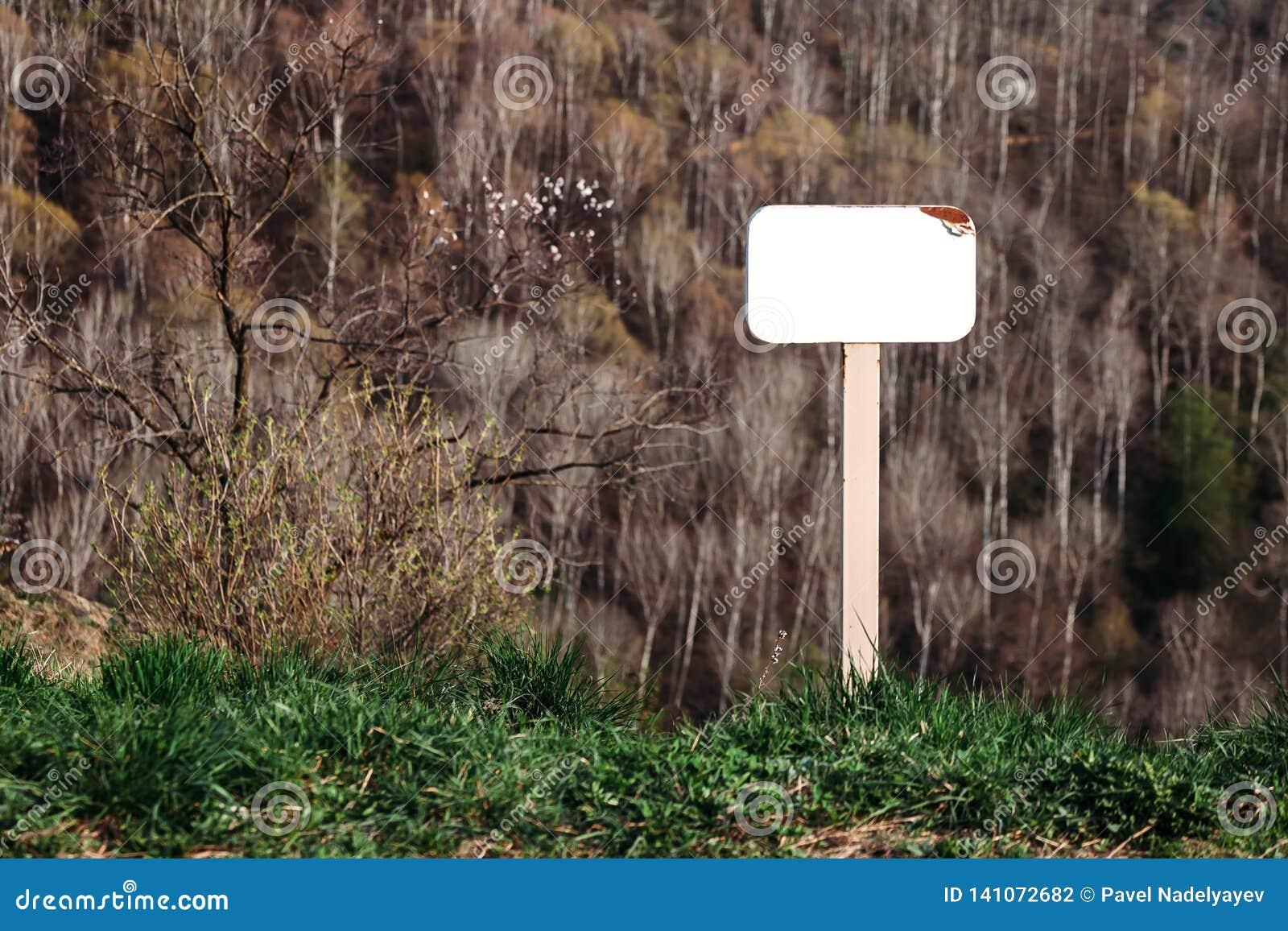 Schein oben von den leeren Zeichen im Park auf Bergabhang